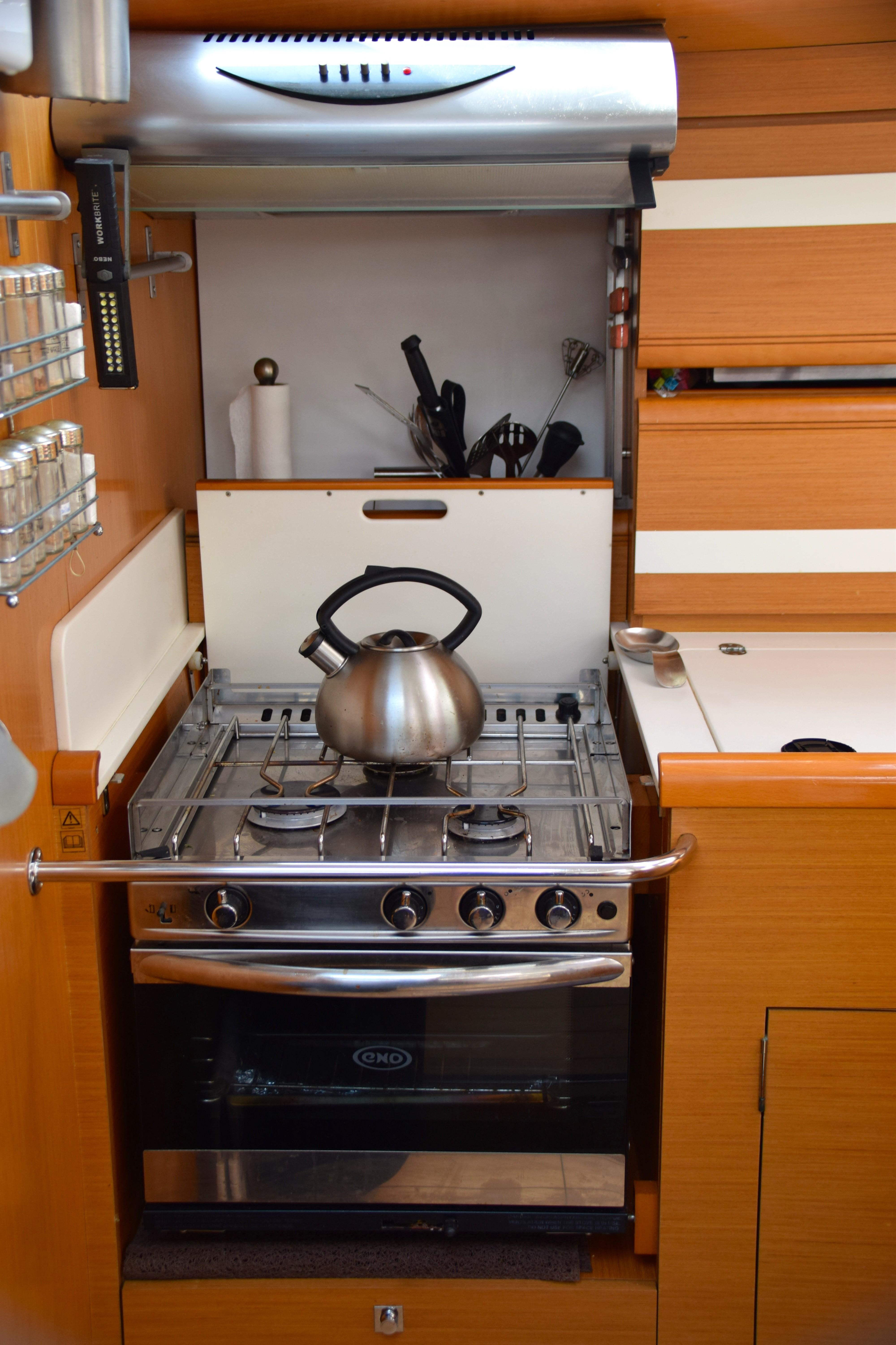 Oven/cooktop with galley hood