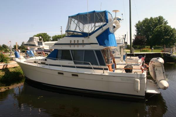 Bayliner 3270 Motor Yachts. Listing Number: M-3676225 32' Bayliner 3270