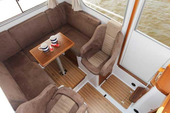 Sargo 25 saloon seating