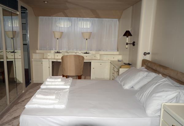 36 M ADMIRAL MOTORYACHT Master Bedroom
