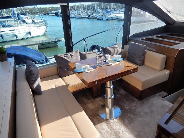 Sealine C530 saloon seating