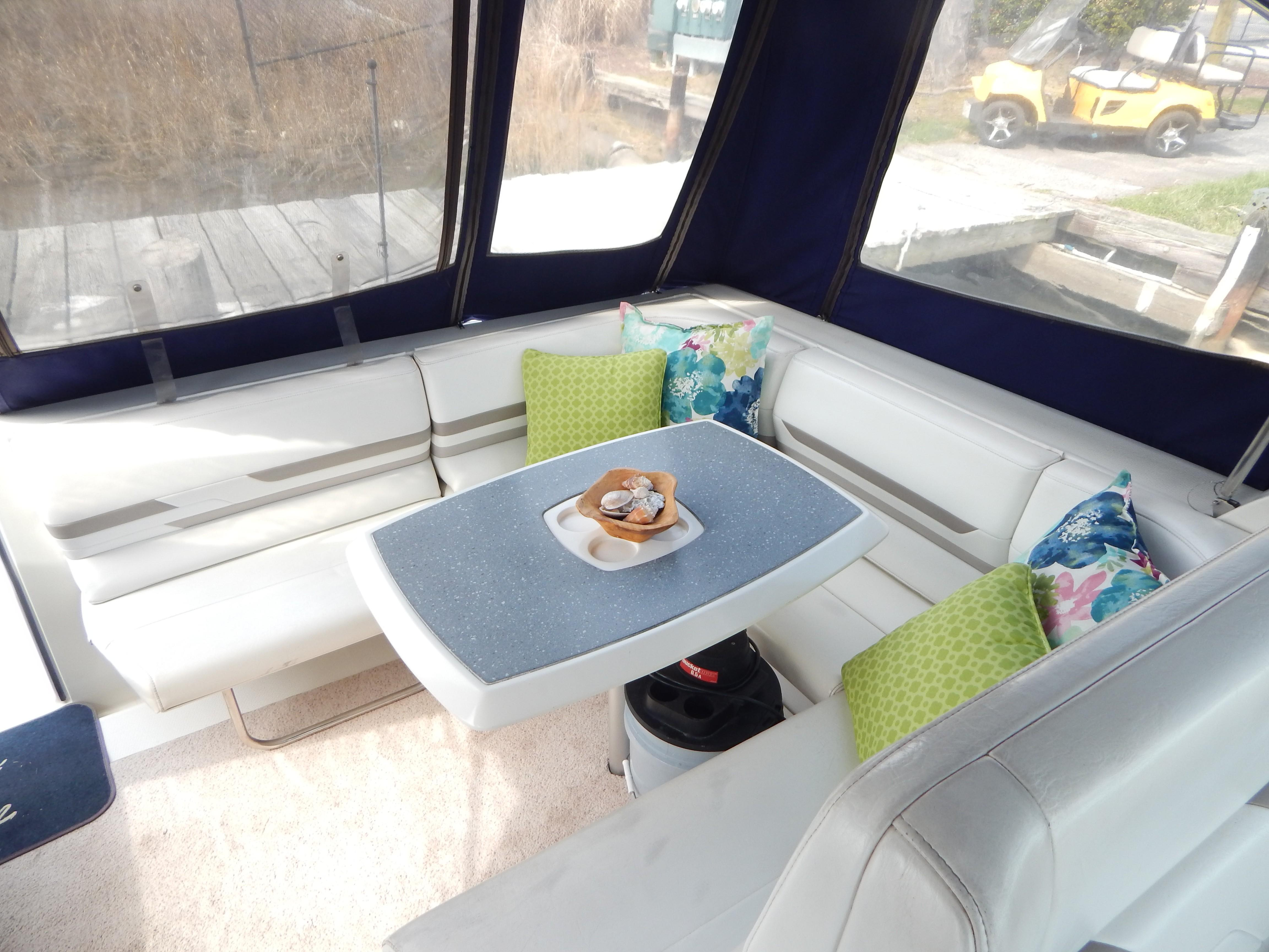 Aft cockpit table w/seating