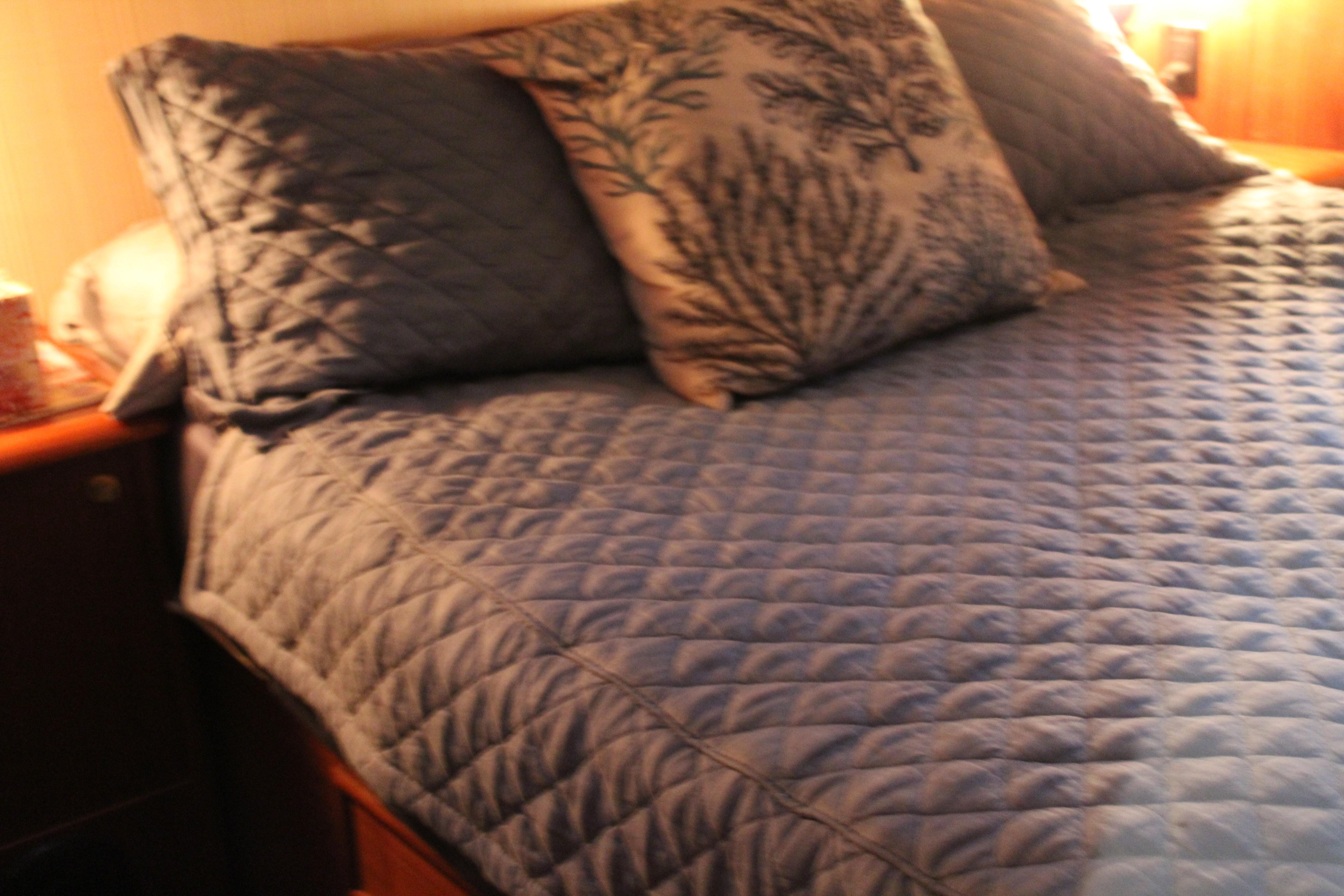Master Queen Island Bed