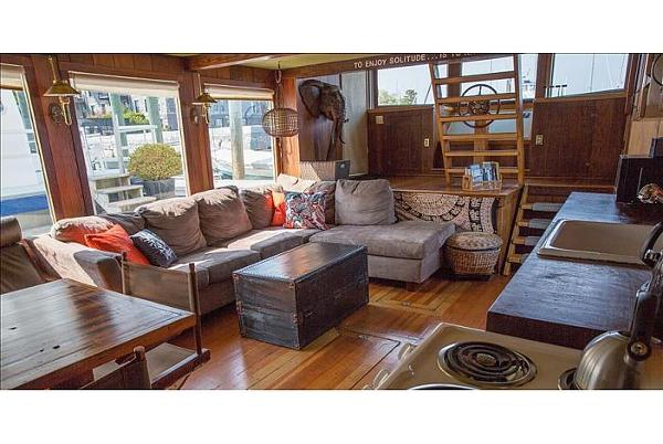 Custom Houseboat Brokerage Broker