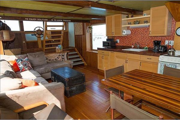 Custom Houseboat Brokerage New England