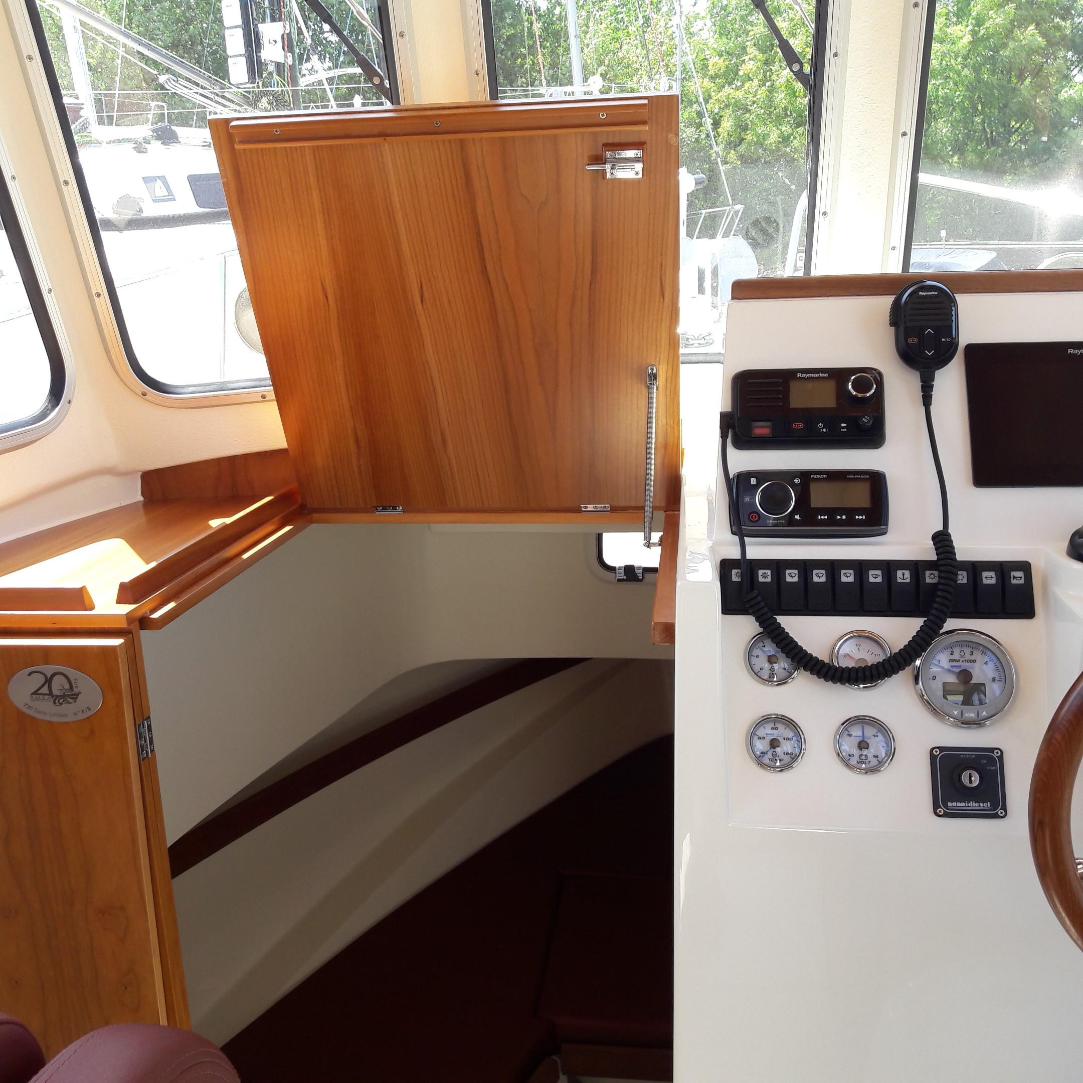 Rhea 730 Timonier - forward wheelhouse