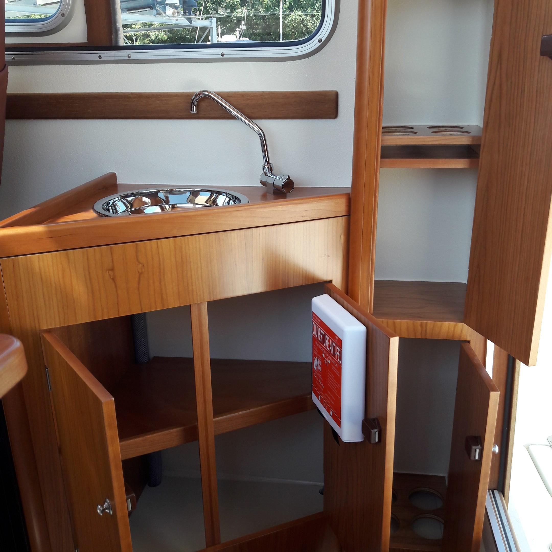 Rhea 730 Timonier - galley storage