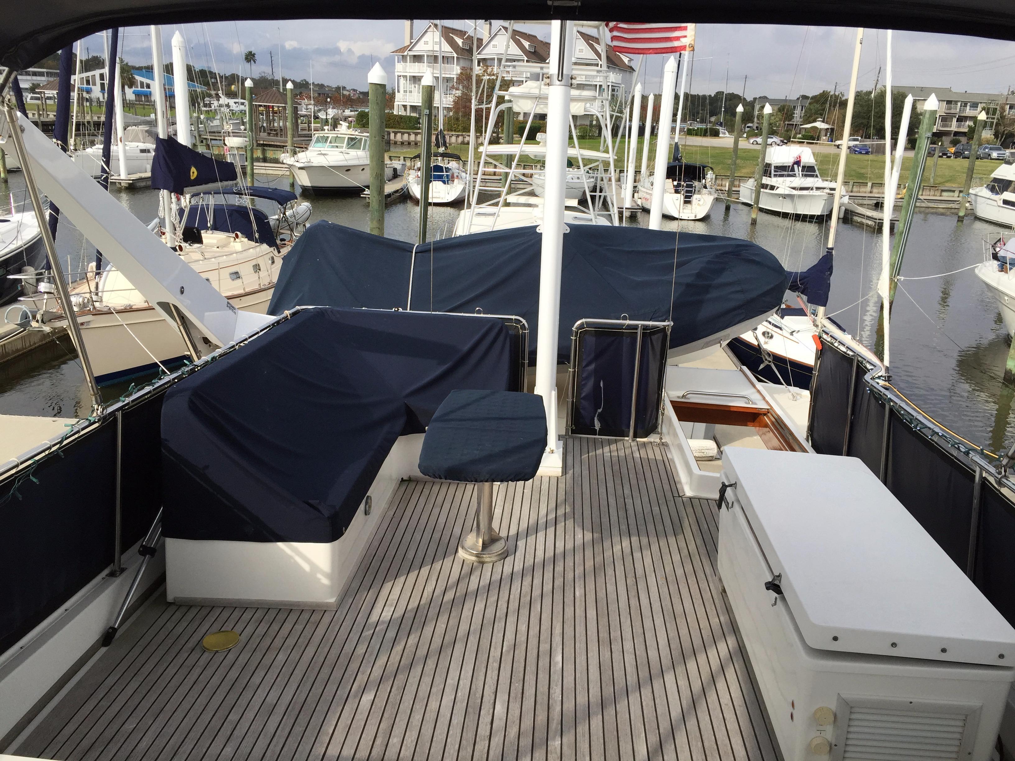 Flybridge-1- settee, frigibar, yacht mast, tender & davit