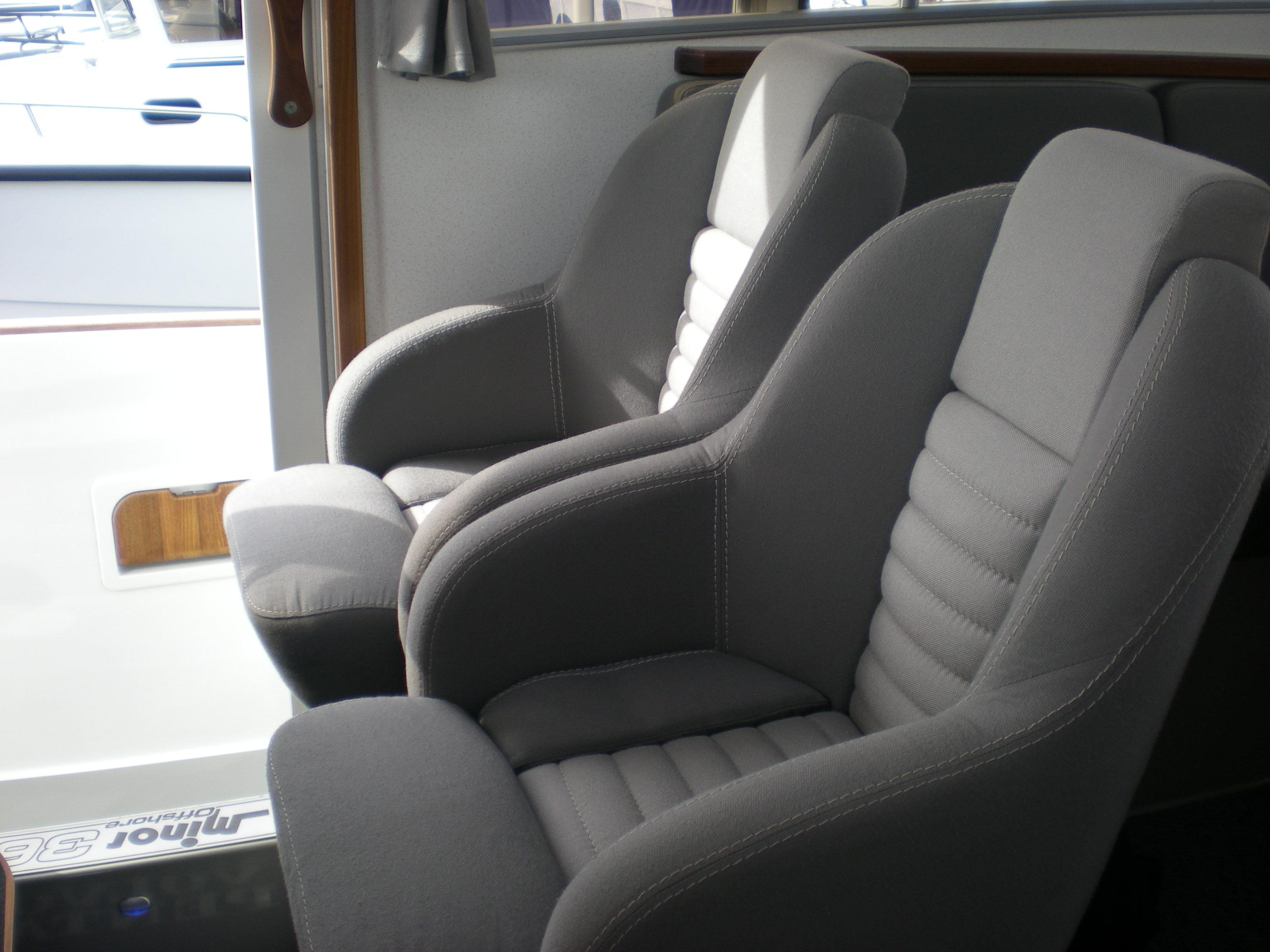 Sargo 36 Fly - helm seats
