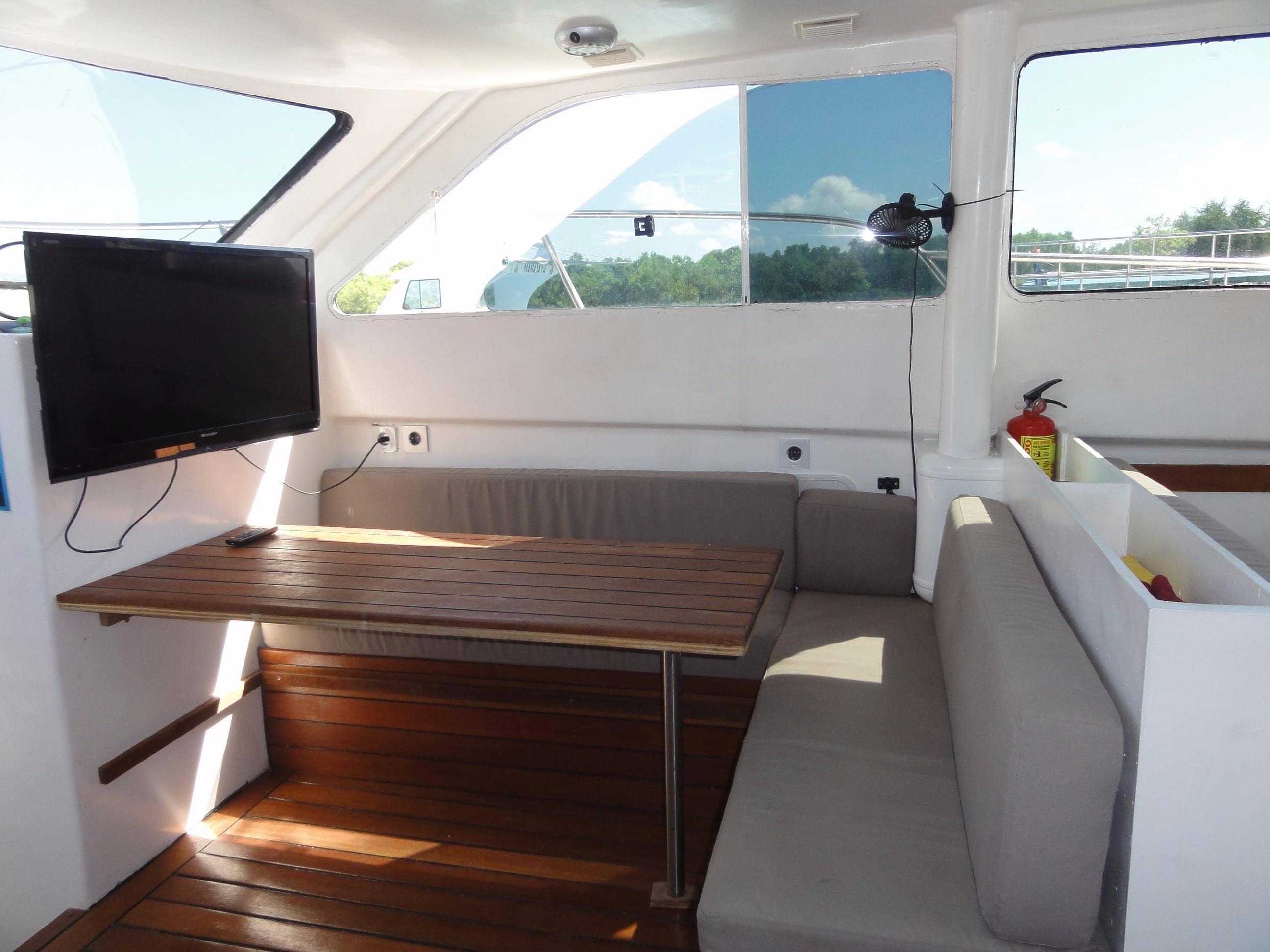 46ft Flybridge Cruiser L Shaped Sofa