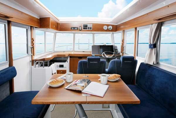 Sargo 31 Explorer wheelhouse