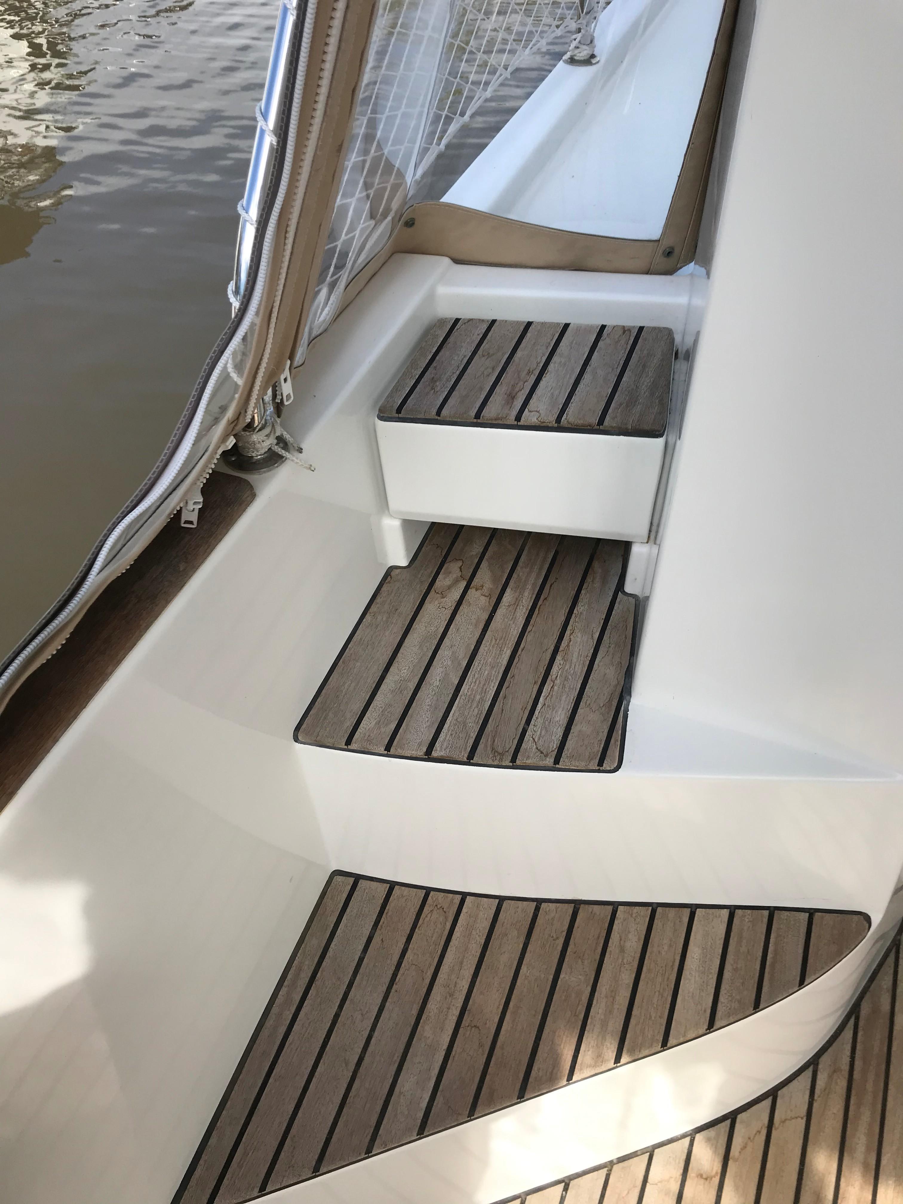 Beneteau 34 Swift Trawler - Steps to port side gunwale