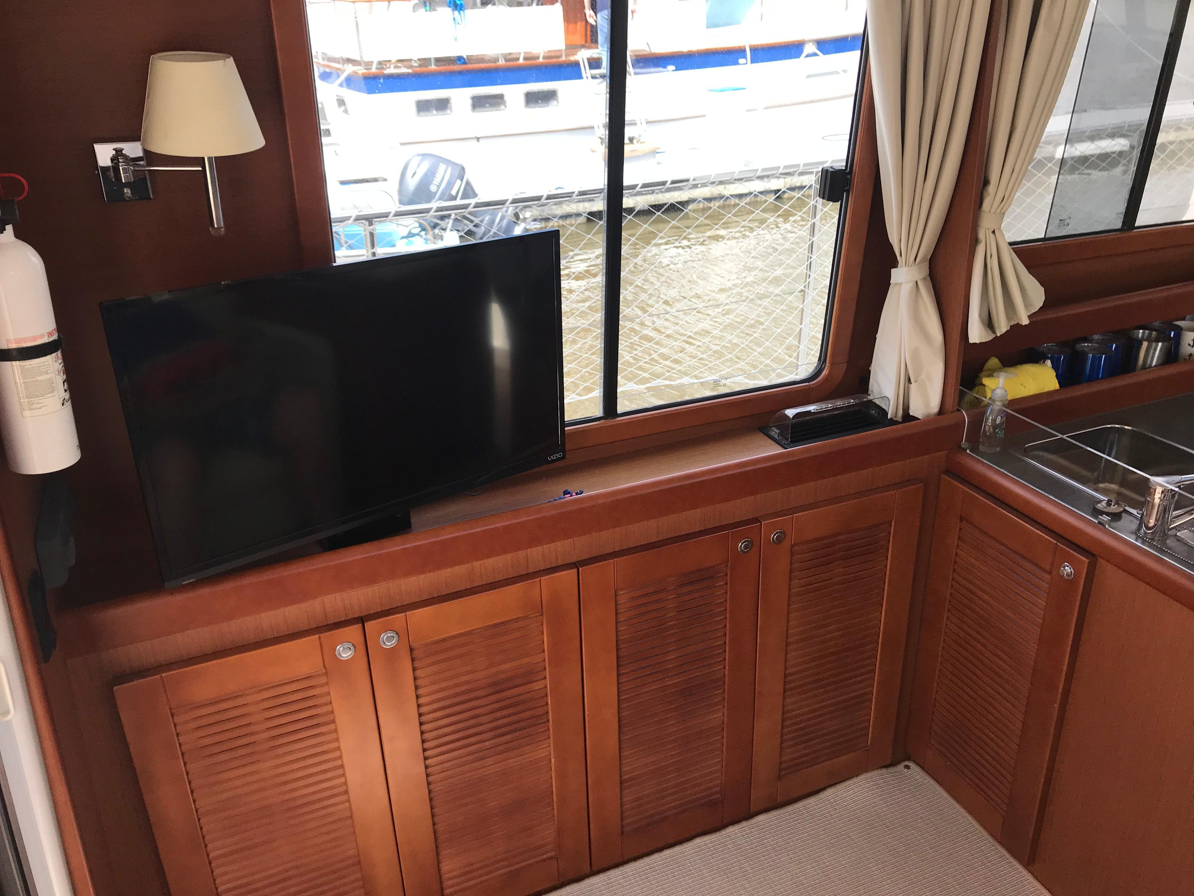Beneteau 34 Swift Trawler - Flatscreen TV in Salon