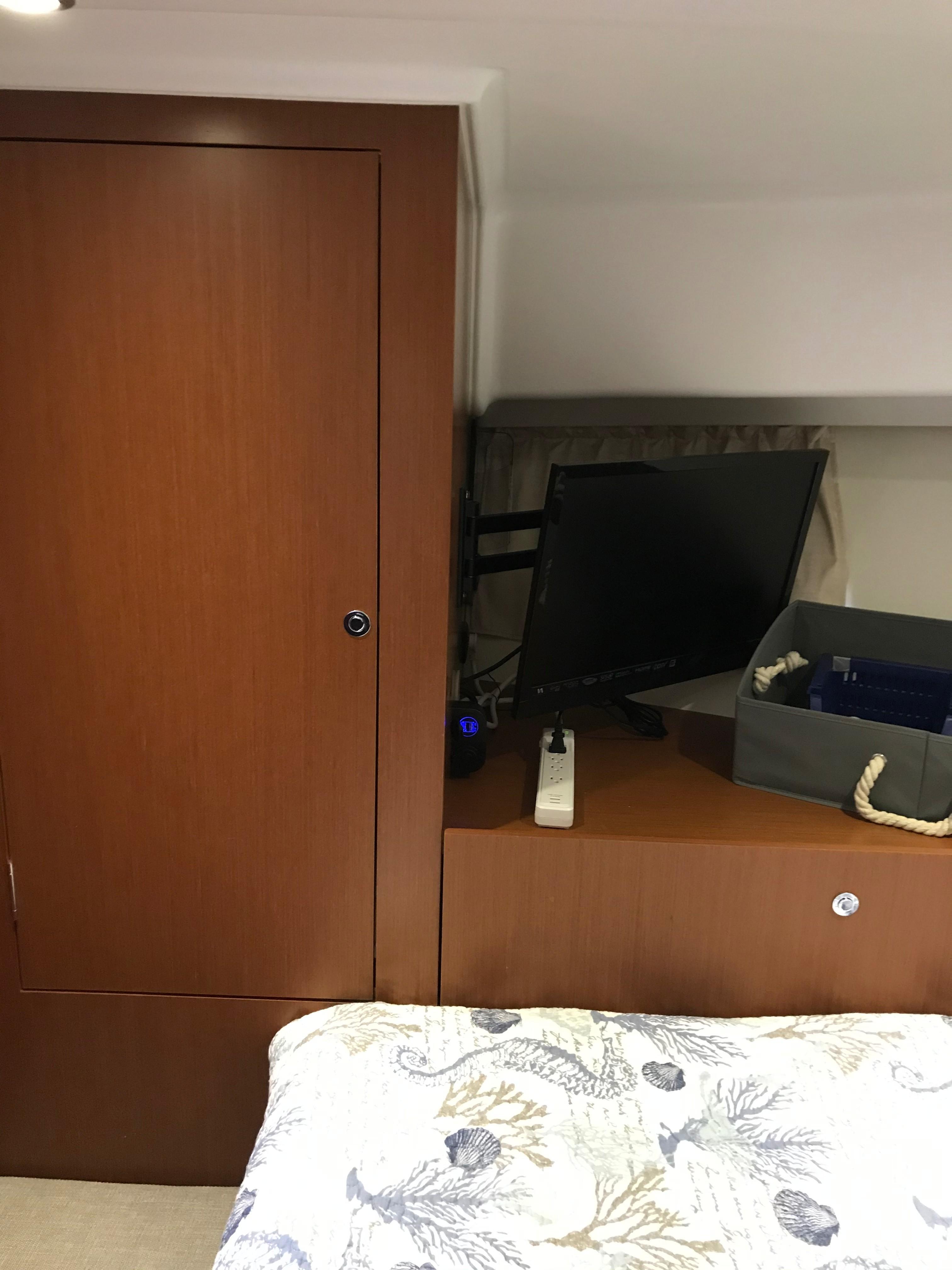 Beneteau 34 Swift Trawler - TV/Locker in FSR