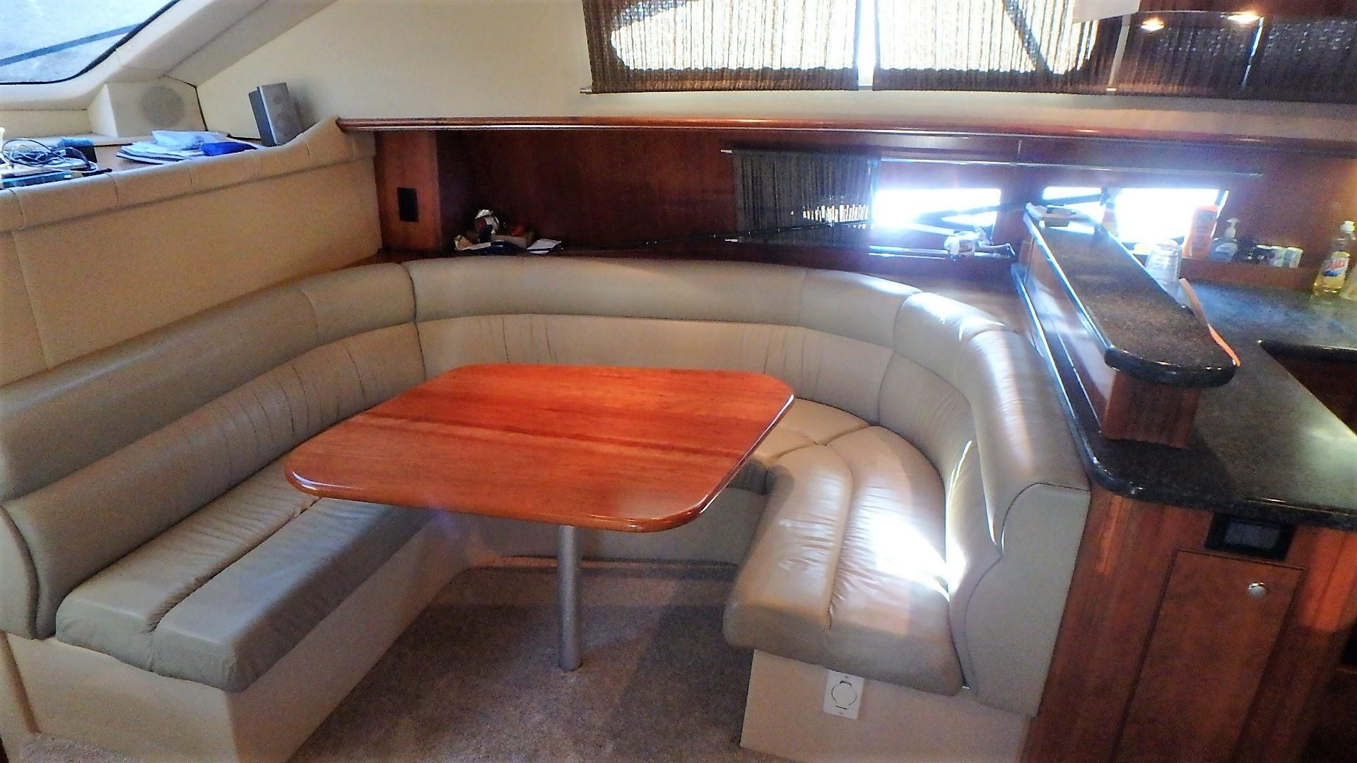 Cruisers Yachts 455 - Dinette