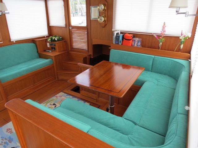 Salon, U-shaped berth to P, bench to S