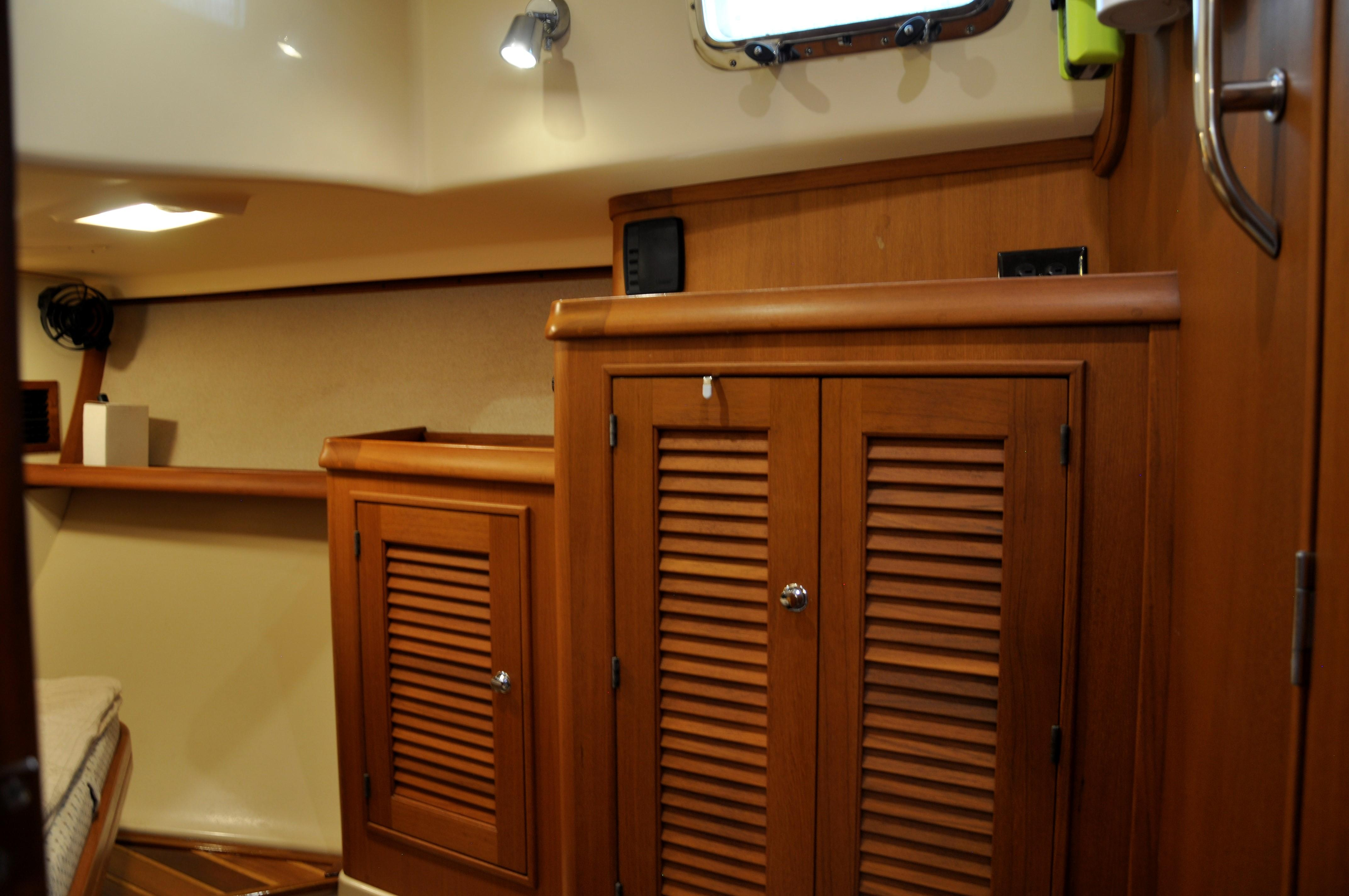 GUEST STATEROOM LOOKING OUTBOARD