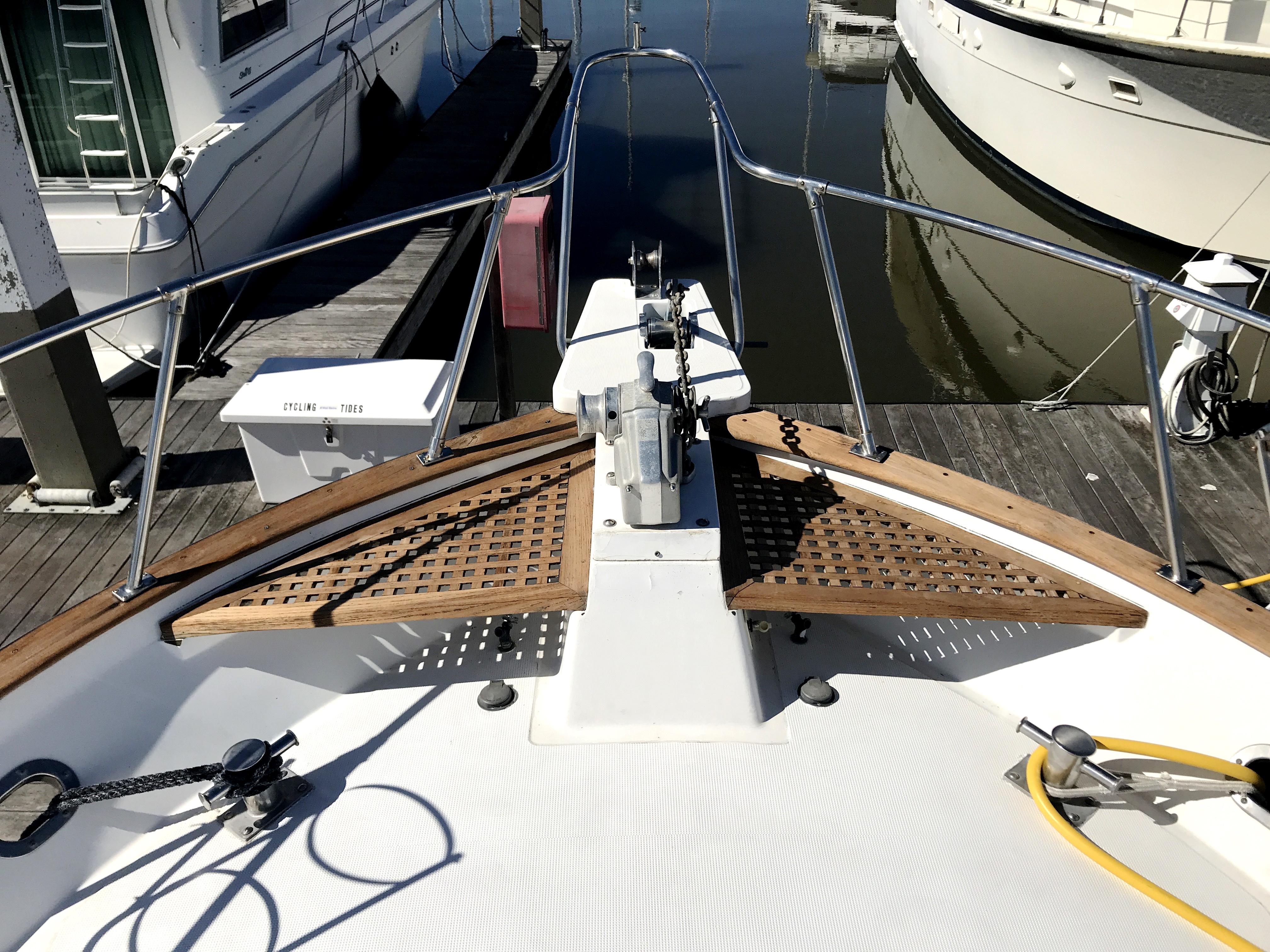 Sea Ranger SUNDECK - bow pulpit and anchor windlass