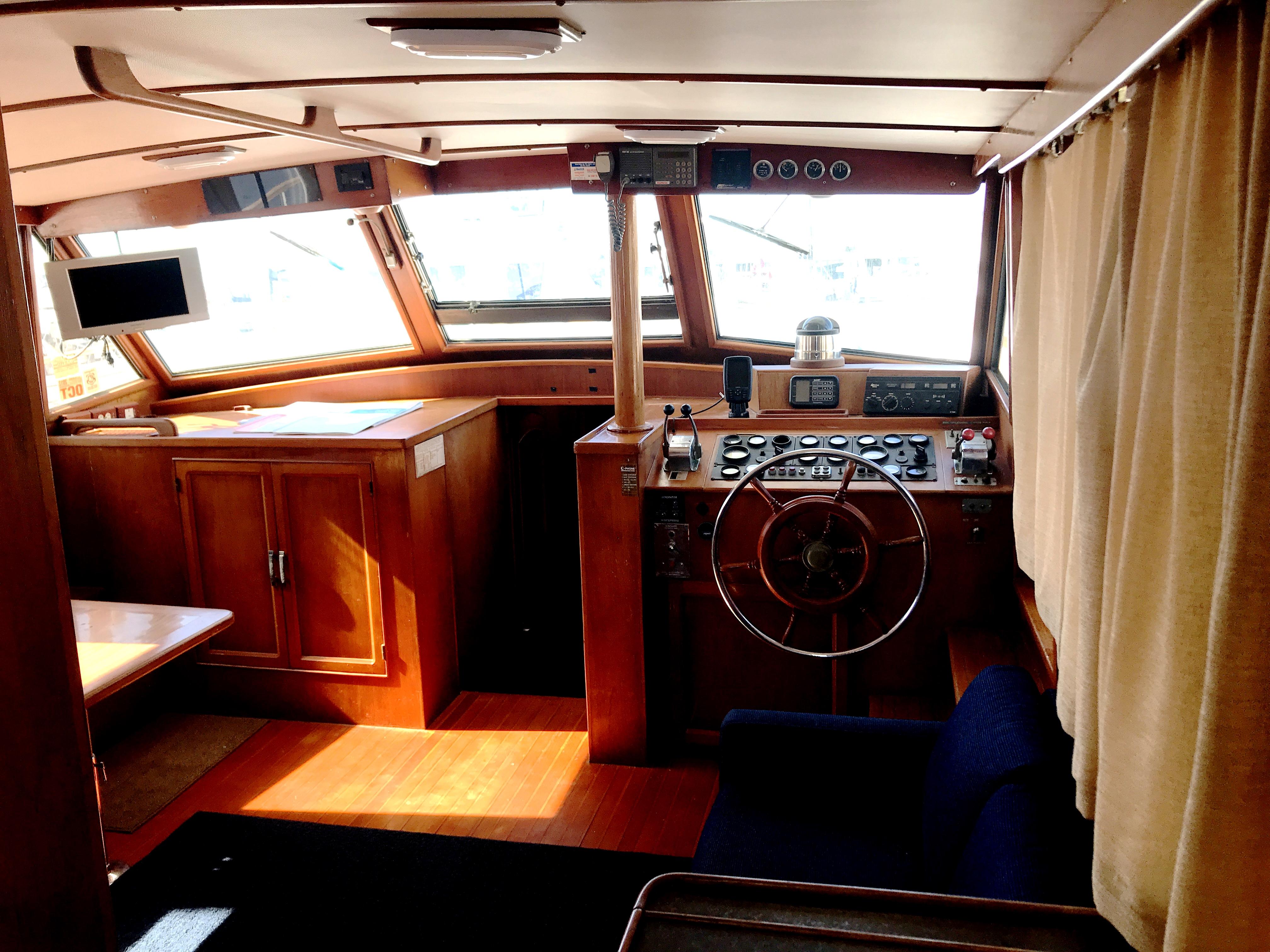 Sea Ranger SUNDECK - forward salon and helm