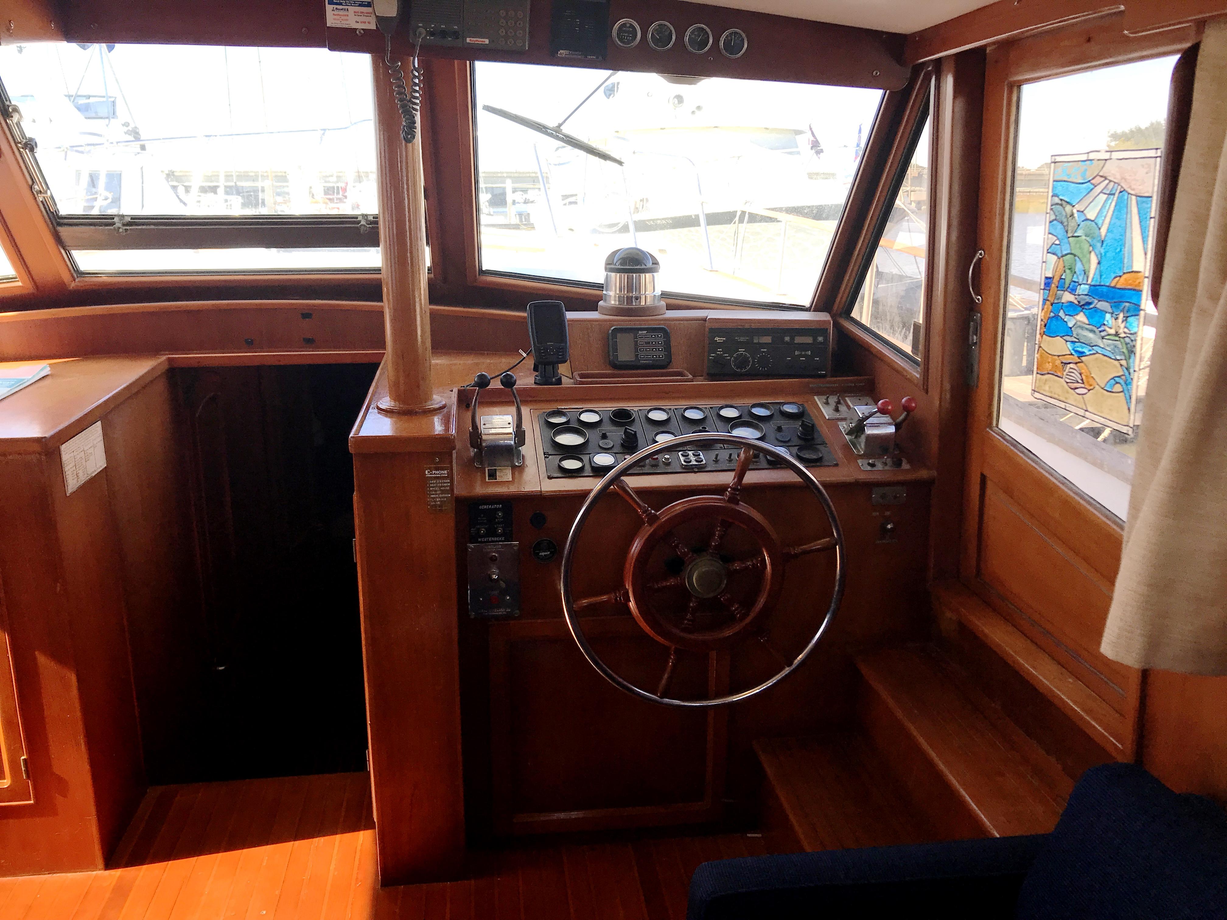 Sea Ranger SUNDECK - starboard helm station