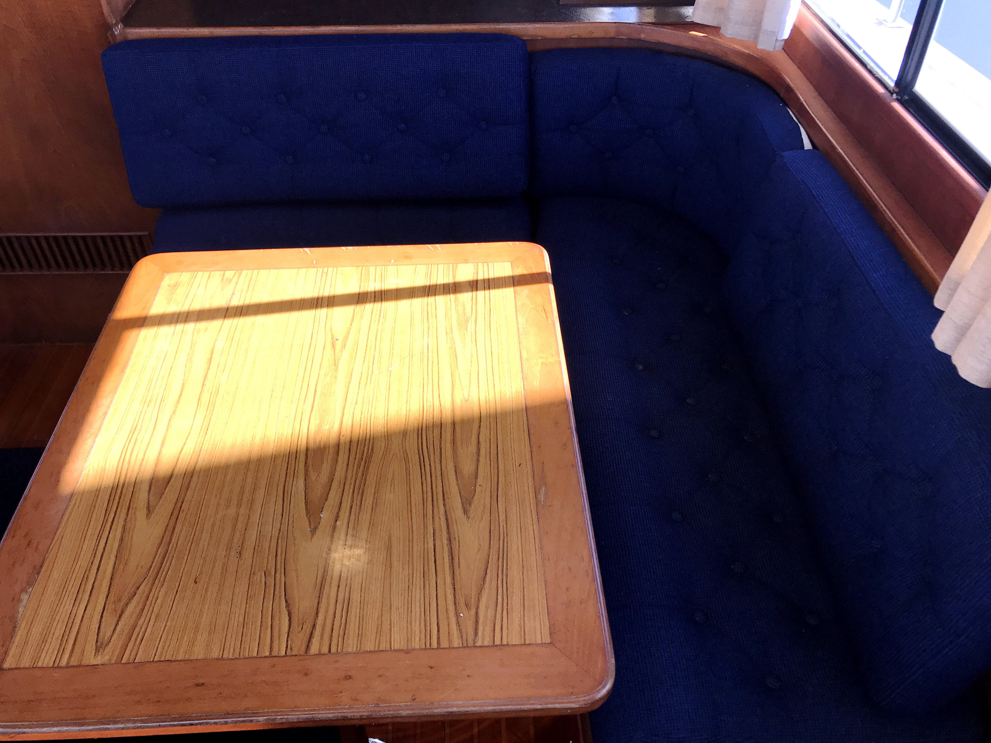 Sea Ranger SUNDECK - port l-shaped dinette and table
