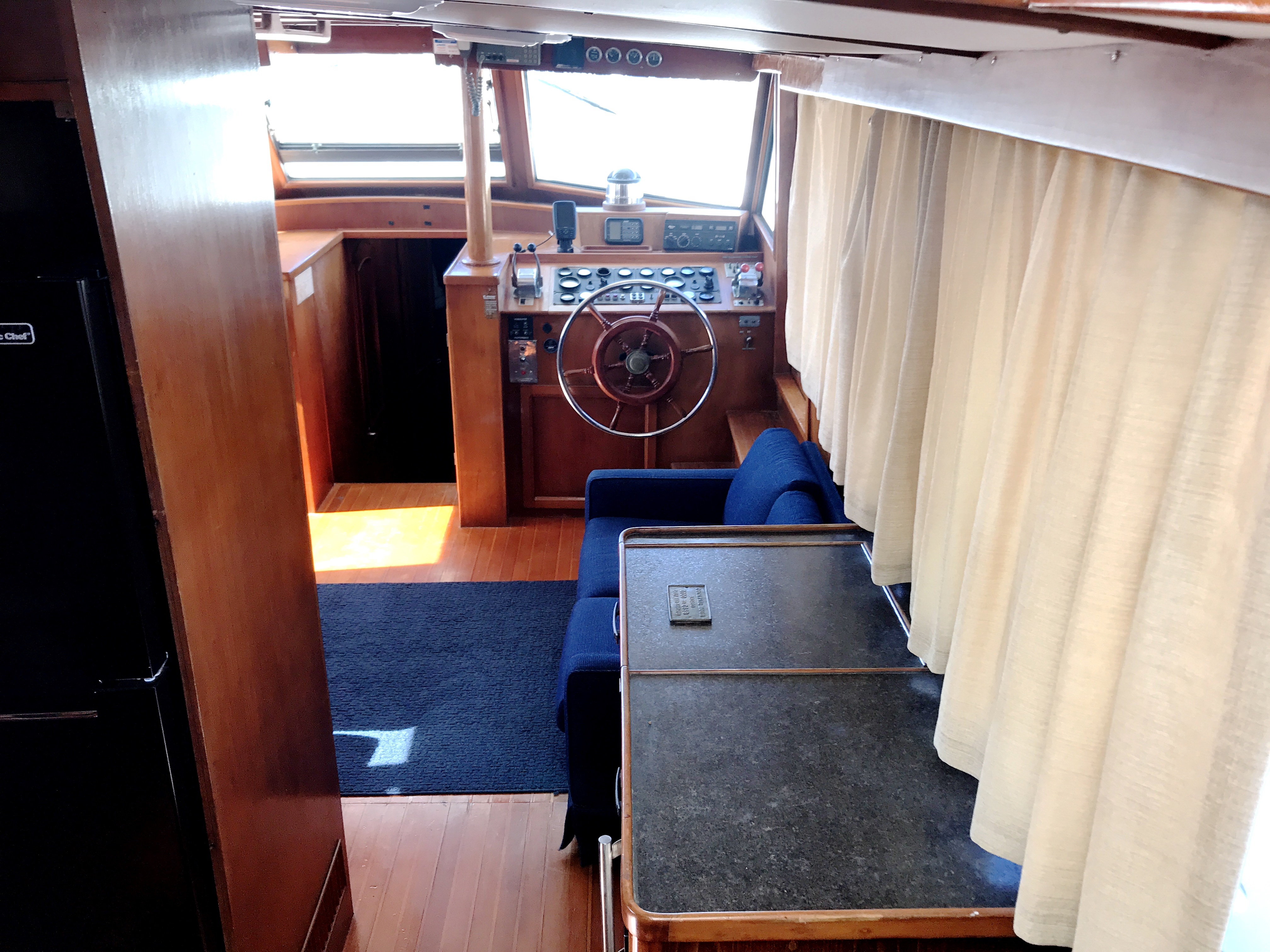 Sea Ranger SUNDECK - starboard salon