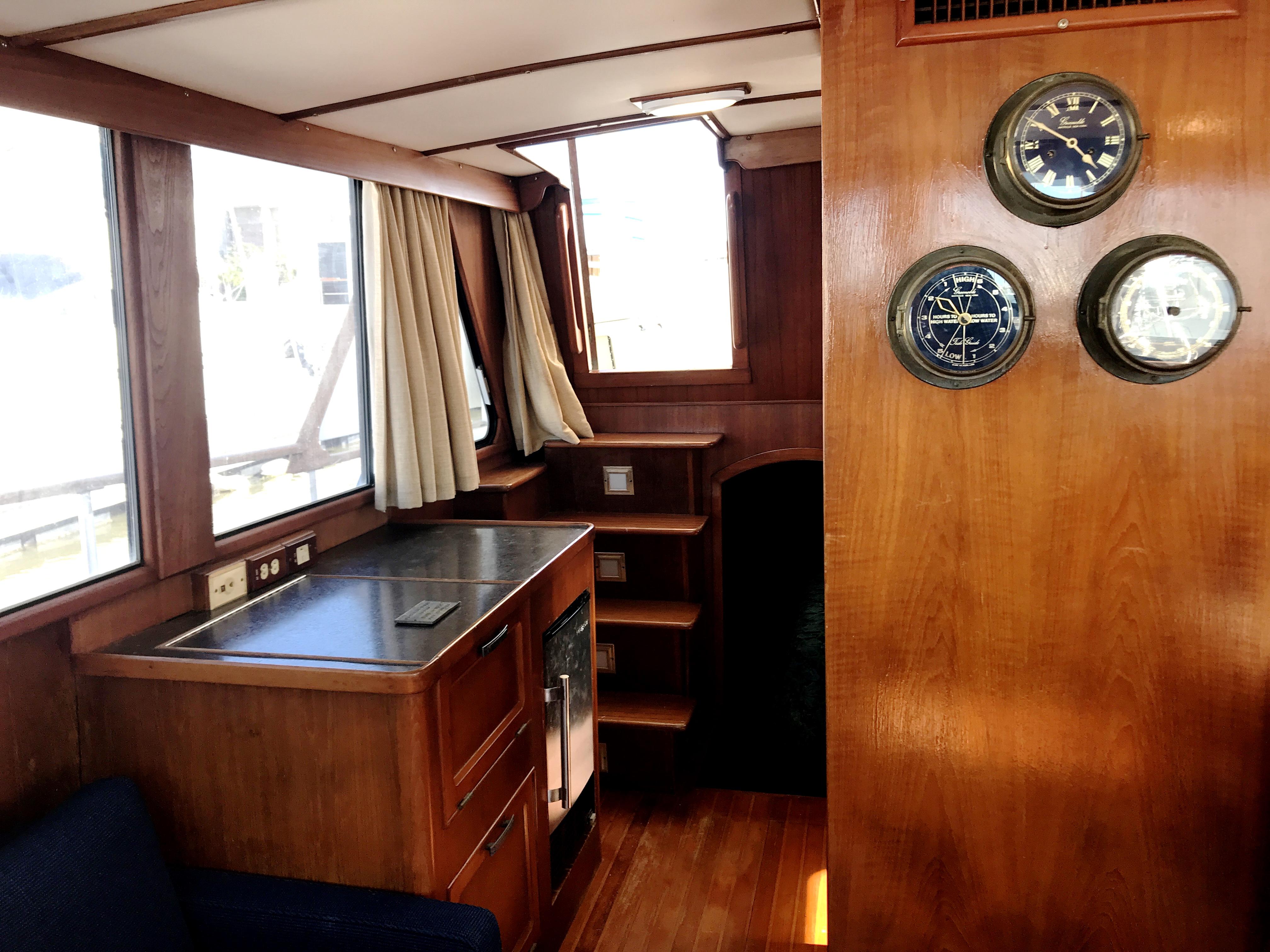 Sea Ranger SUNDECK - starboard entertainment bar with ice maker