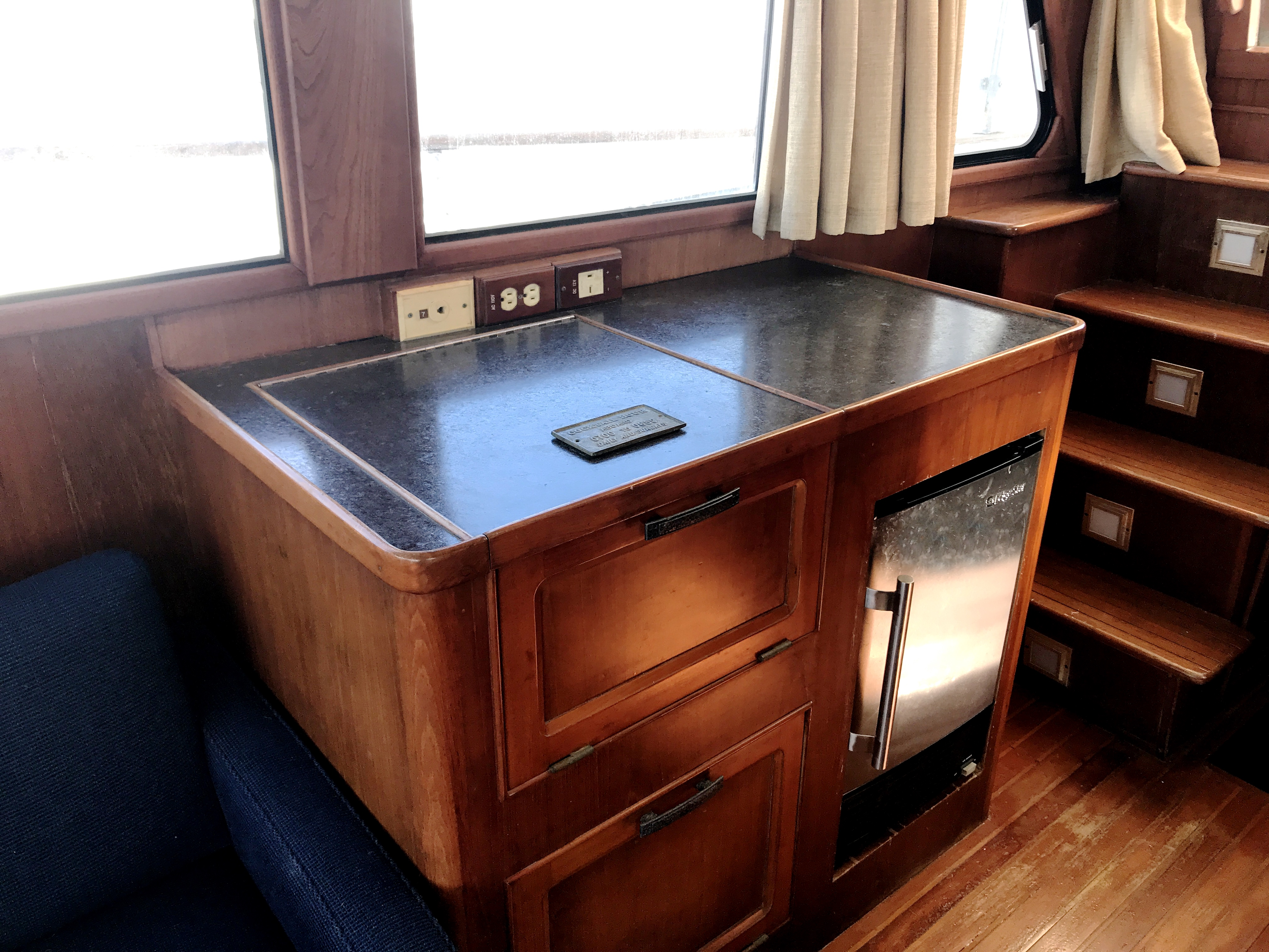 Sea Ranger SUNDECK - starboard entertainment drink bar with ice maker