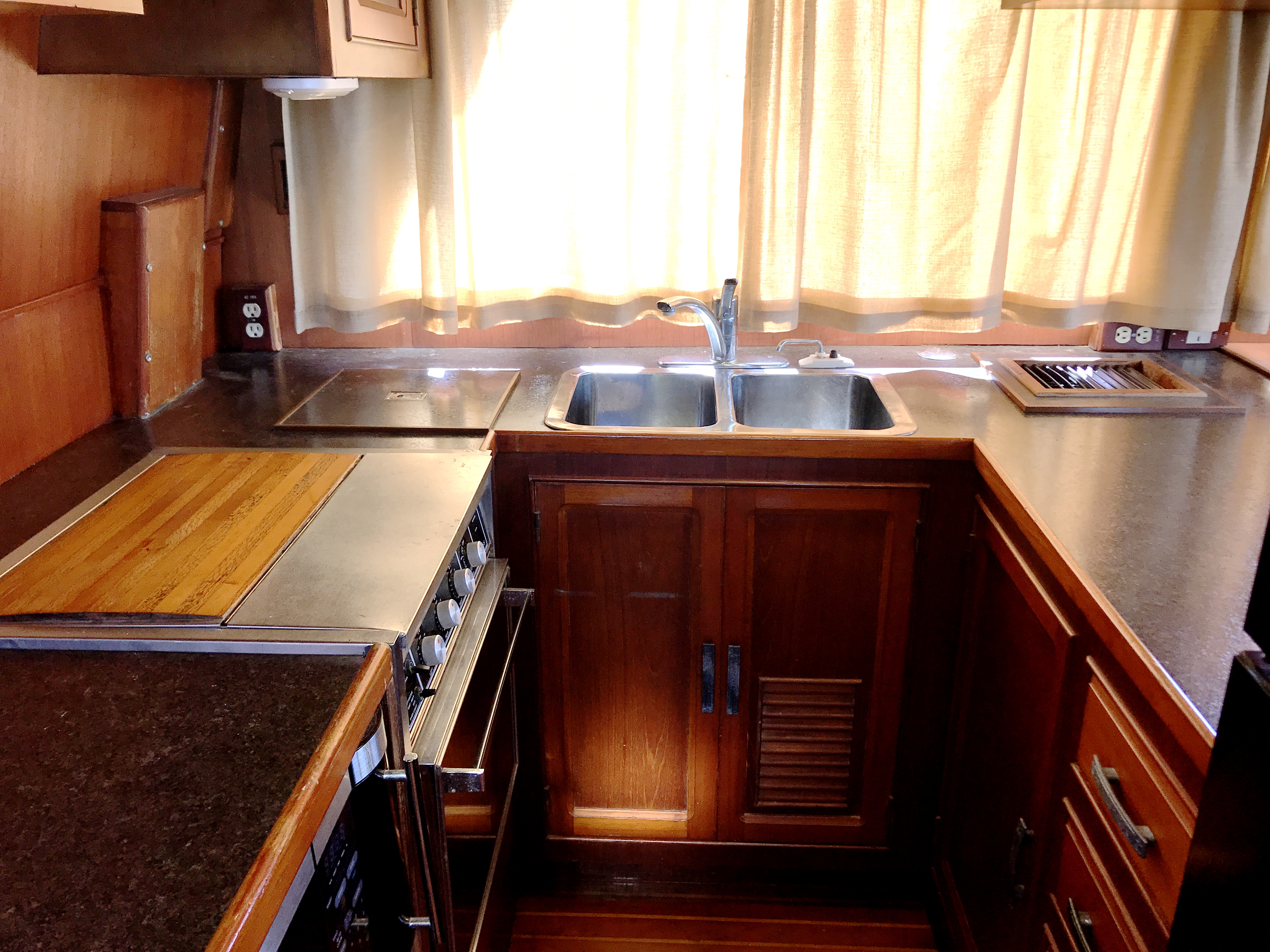 Sea Ranger SUNDECK - lower cabinets and counters