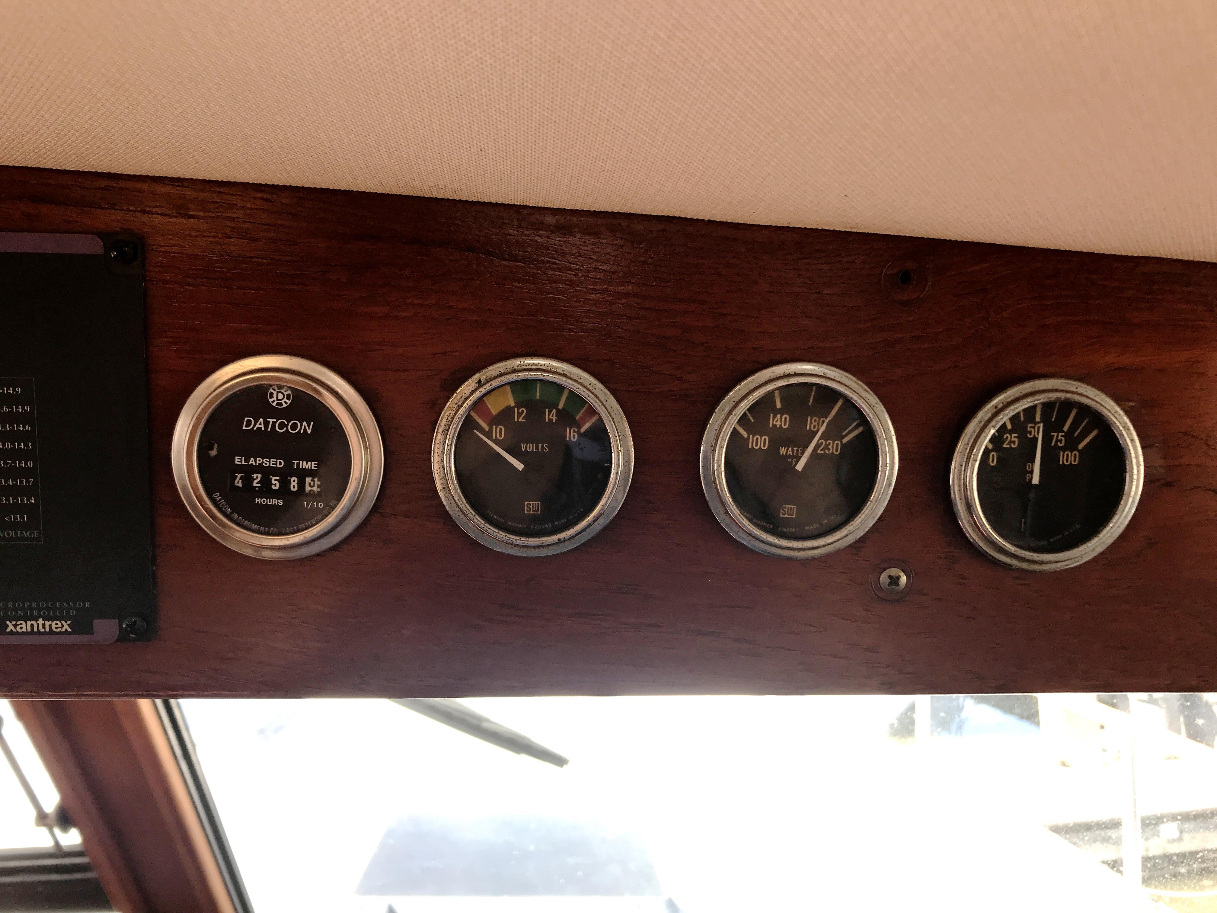 Sea Ranger SUNDECK - generator gauges