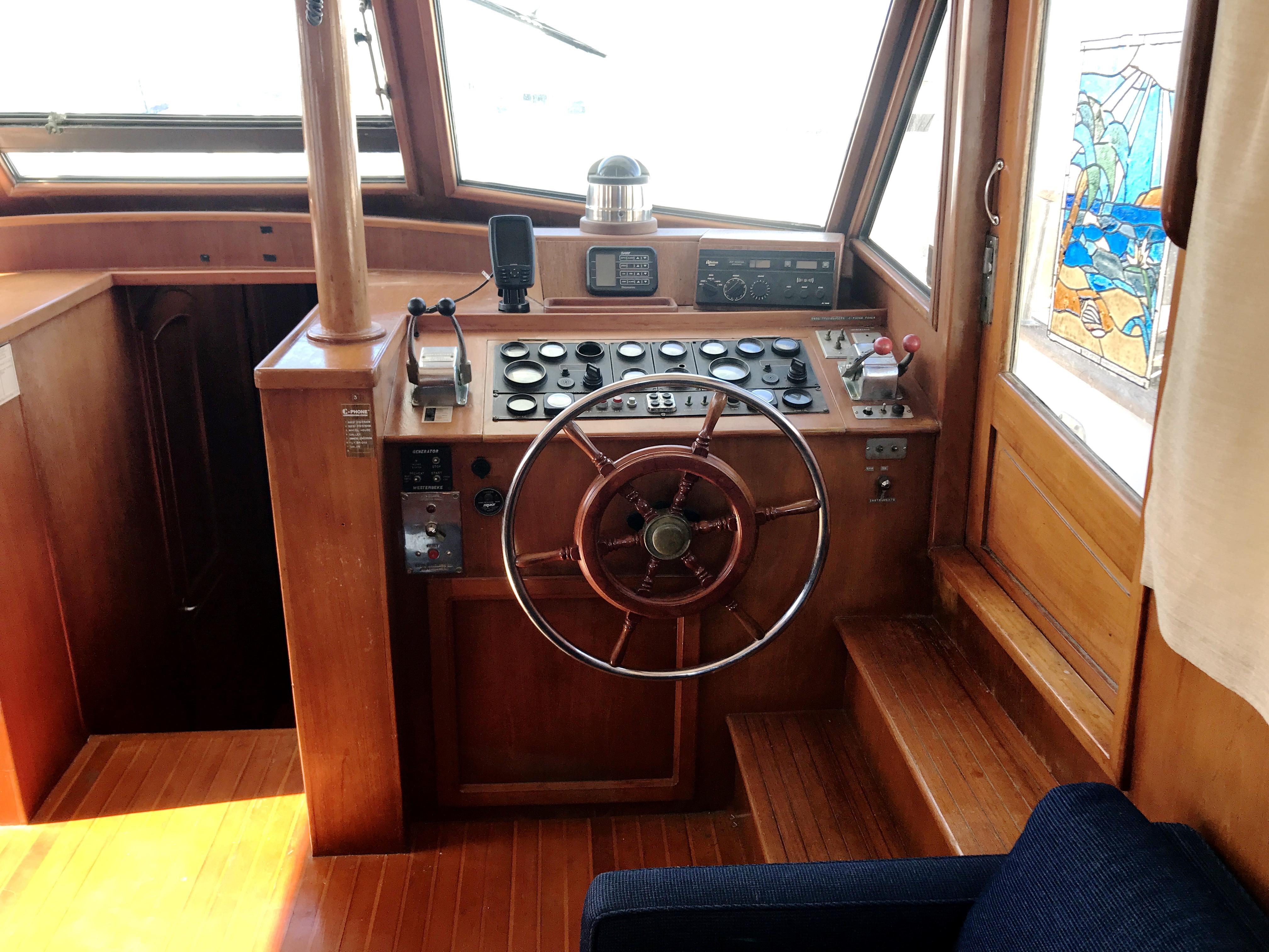 Sea Ranger SUNDECK - helm station