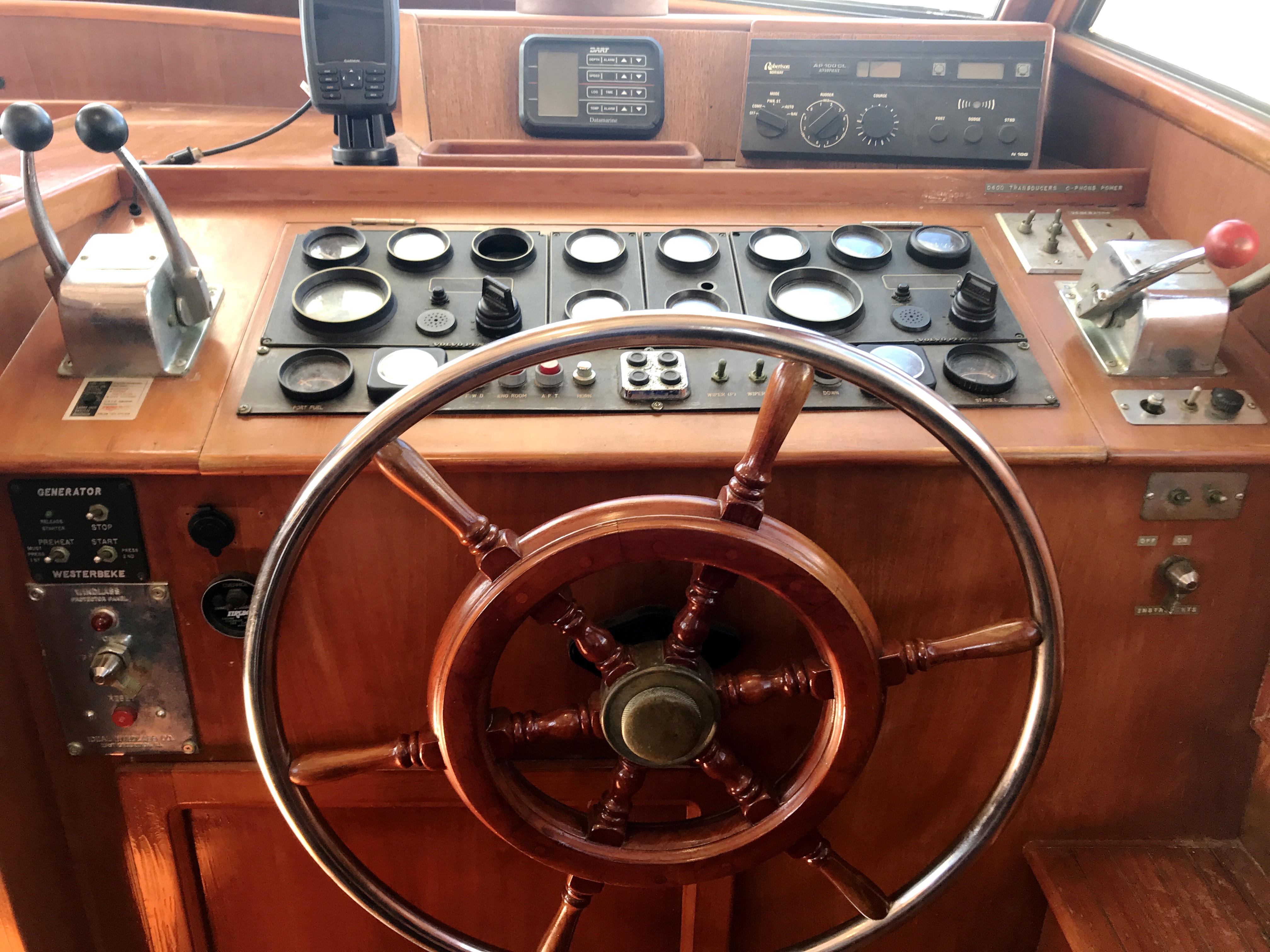 Sea Ranger SUNDECK - pilots wheel and instruments