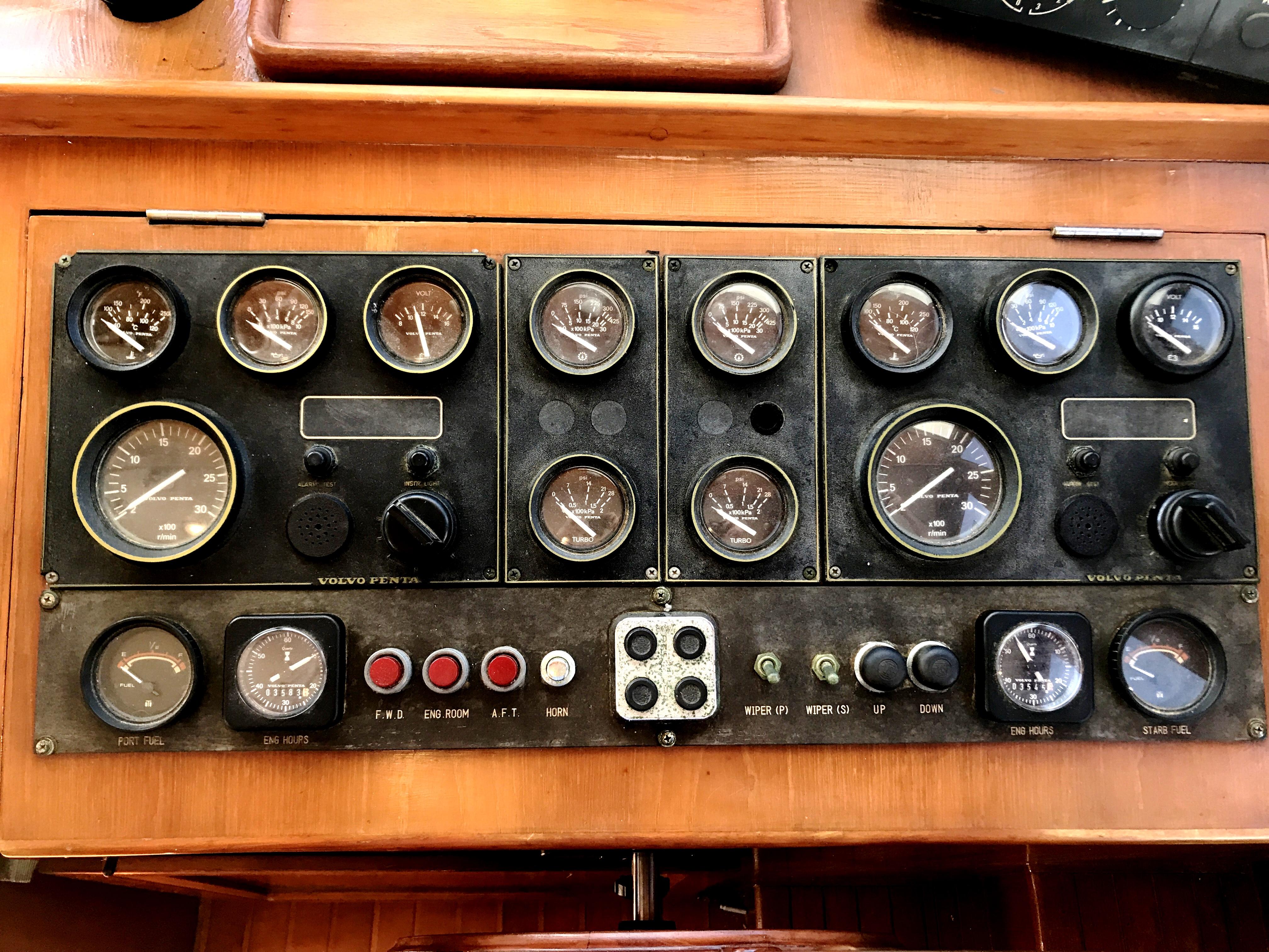 Sea Ranger SUNDECK - helm gauges