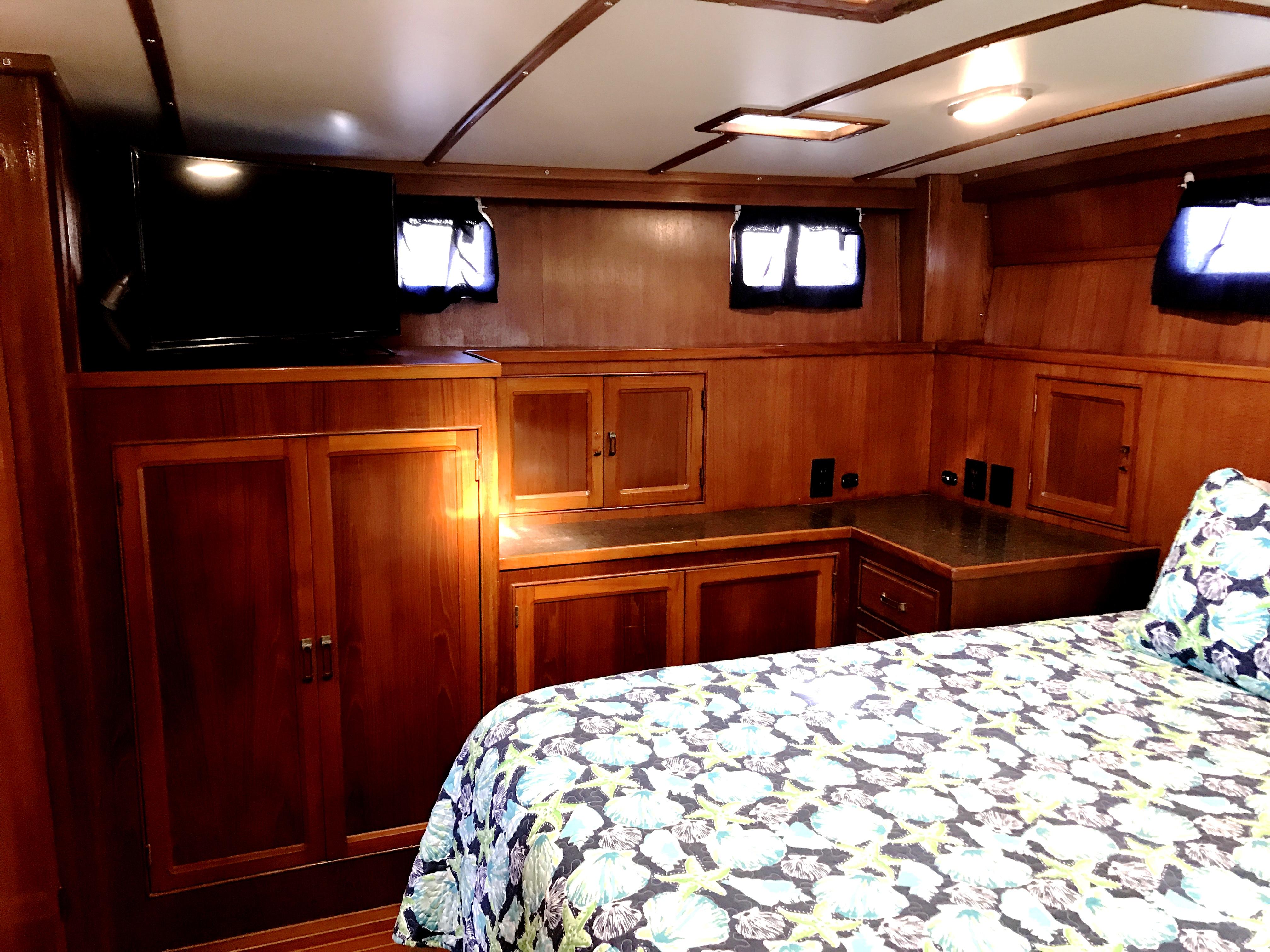 Sea Ranger SUNDECK - master stateroom starboard