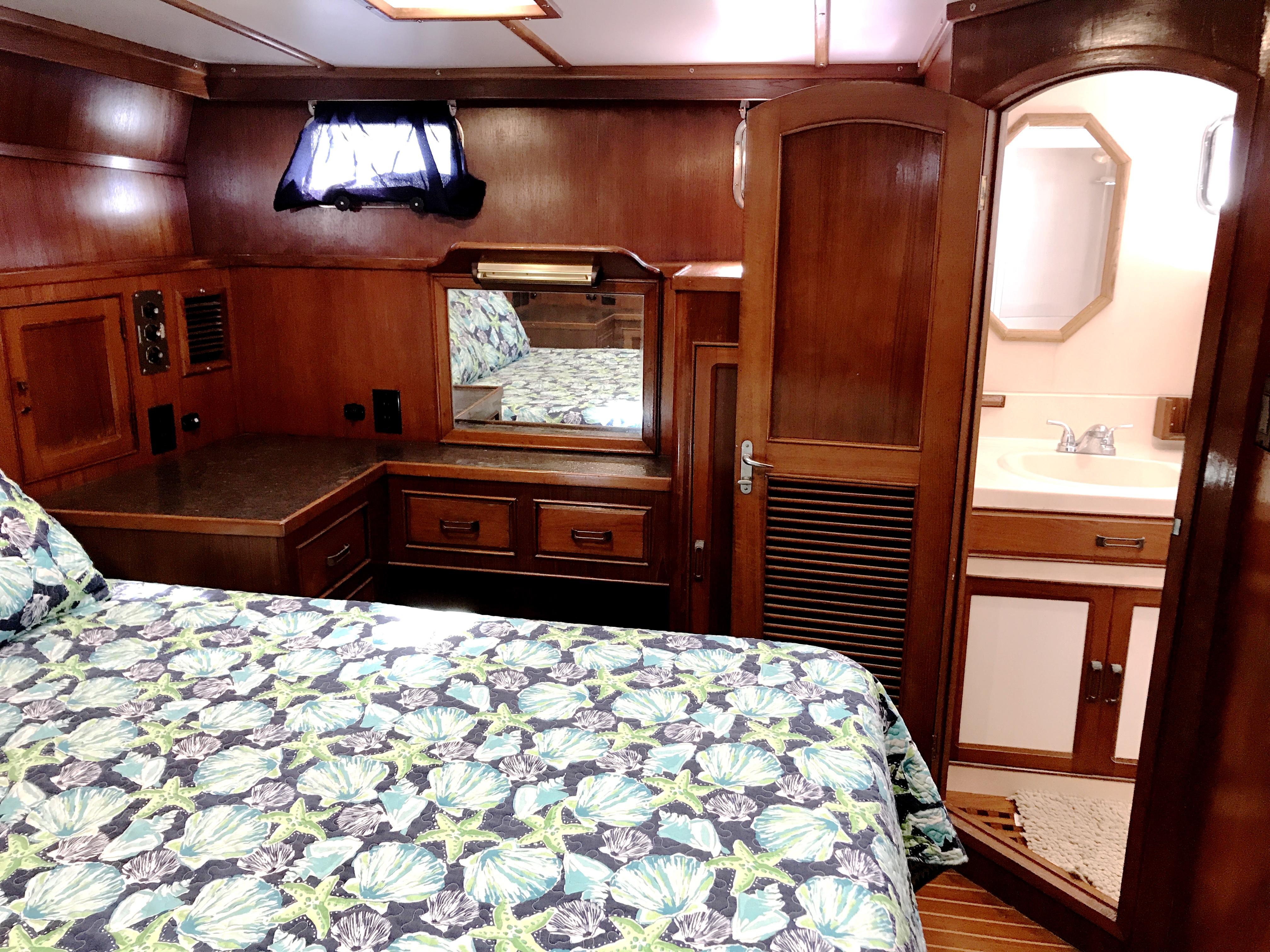Sea Ranger SUNDECK - master stateroom port