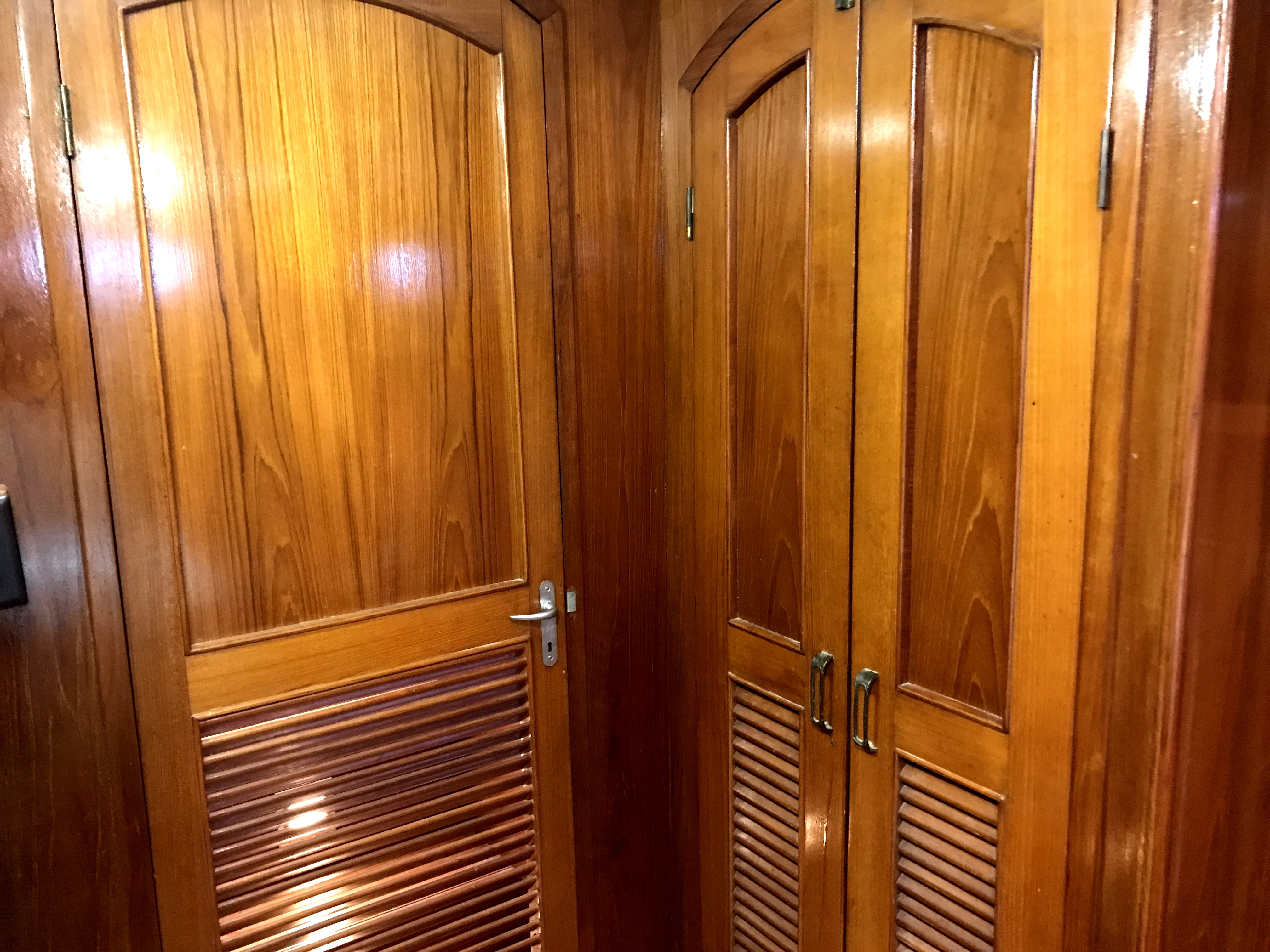 Sea Ranger SUNDECK - gorgeous brightwork and doors throughout