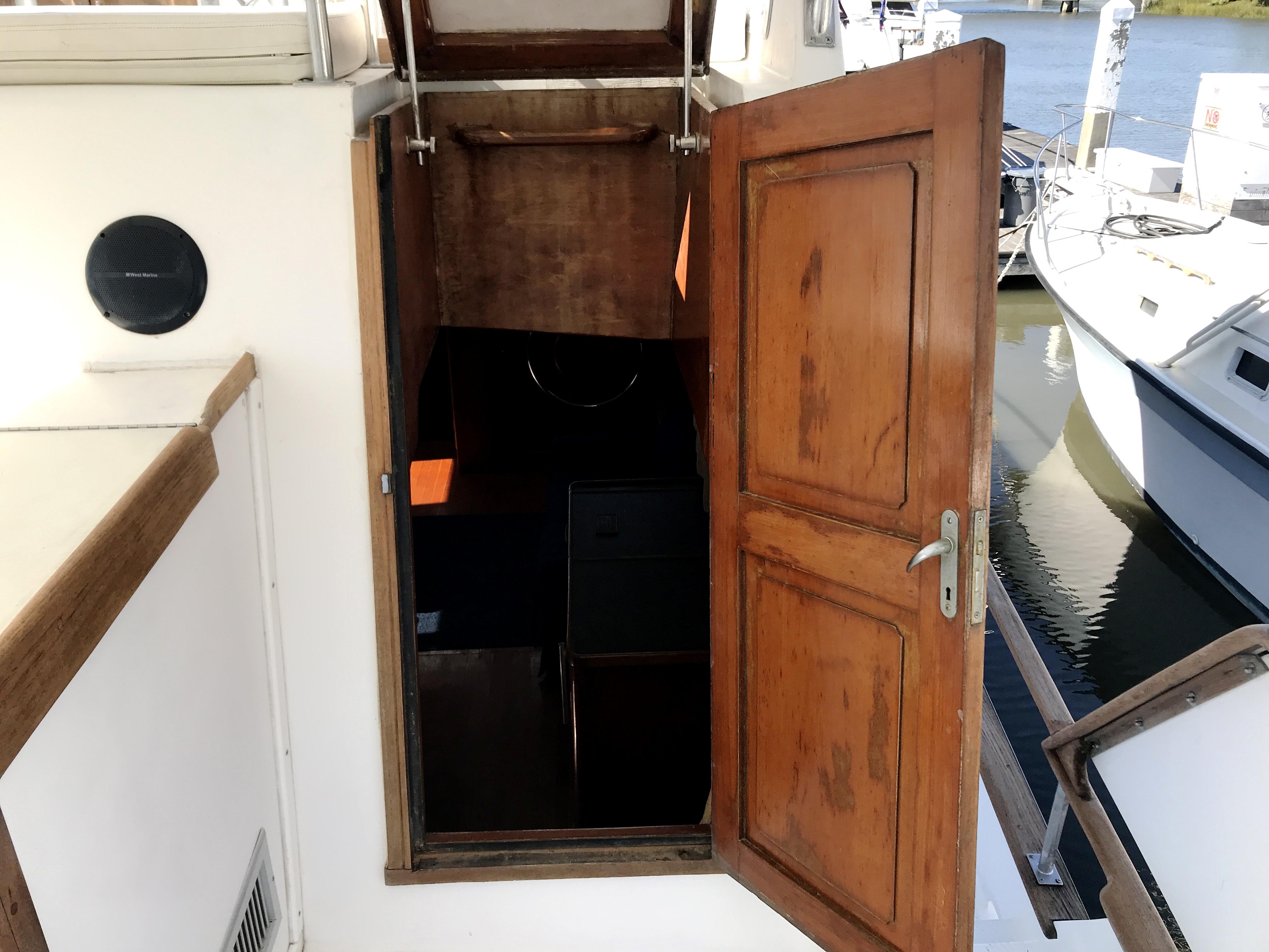 Sea Ranger SUNDECK - companionway to main salon