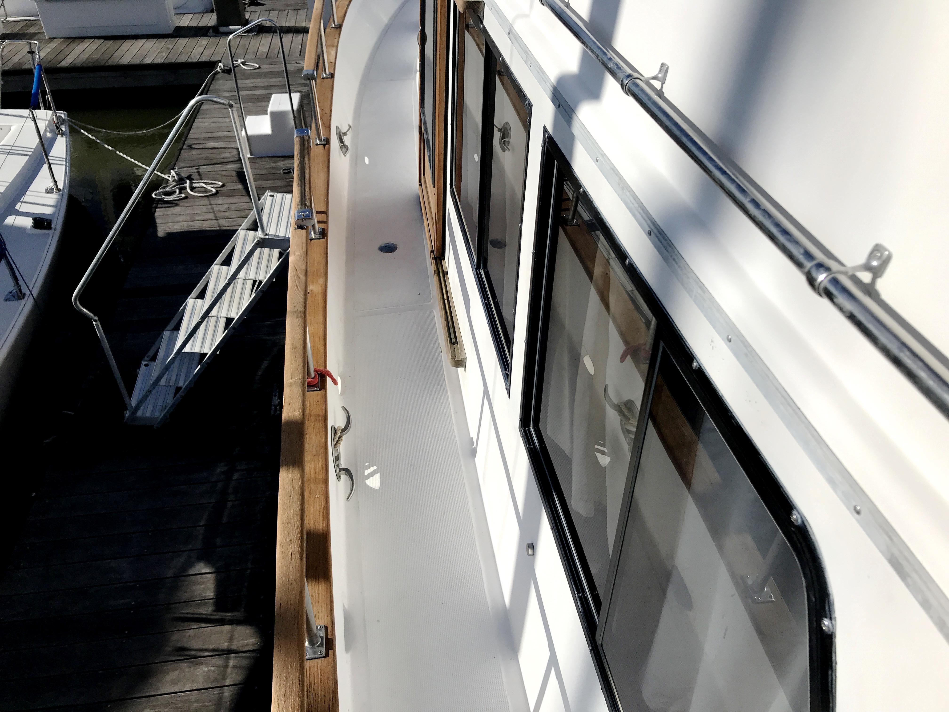 Sea Ranger SUNDECK - wide side decks and new windows