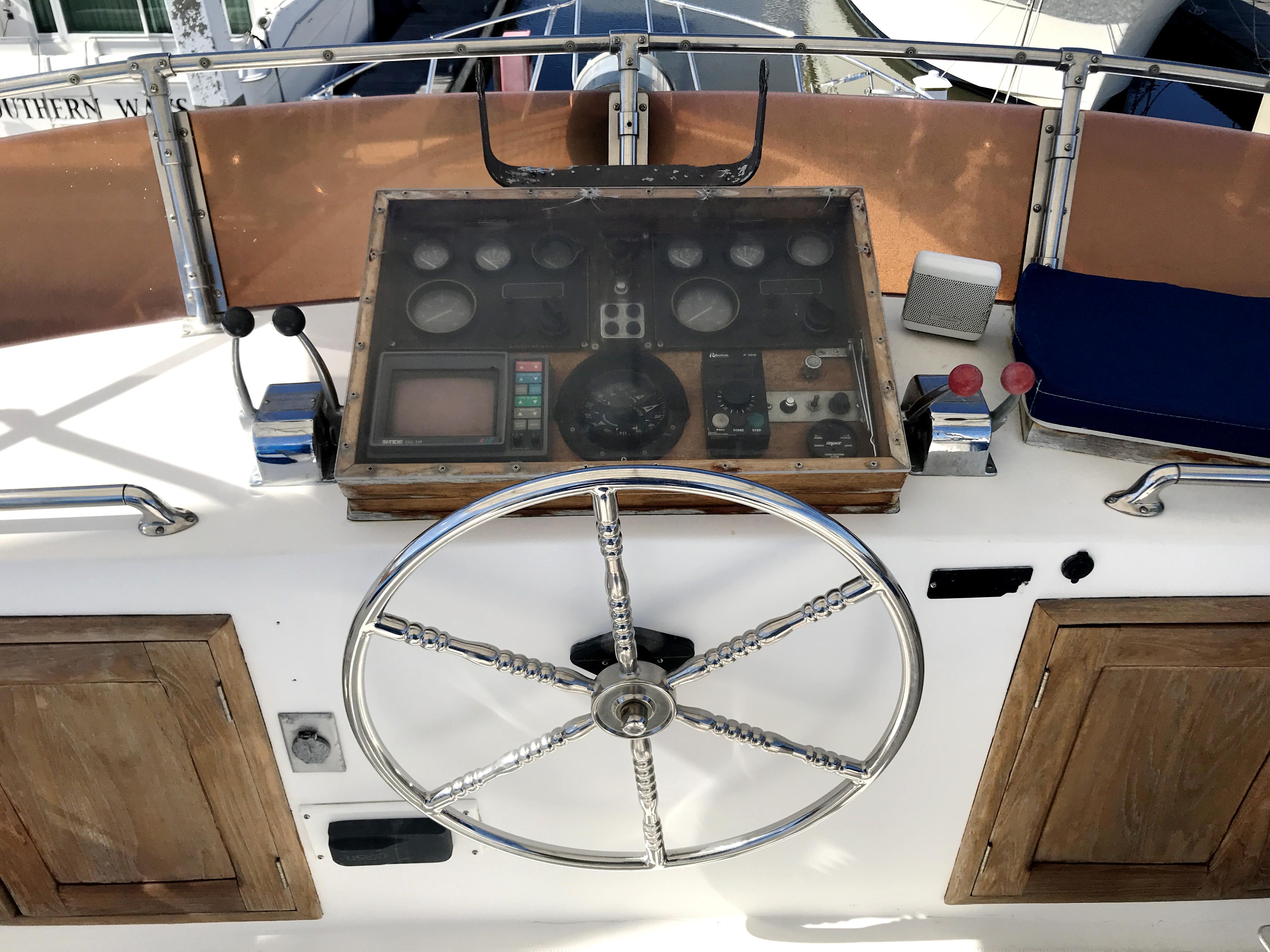Sea Ranger SUNDECK - upper helm station