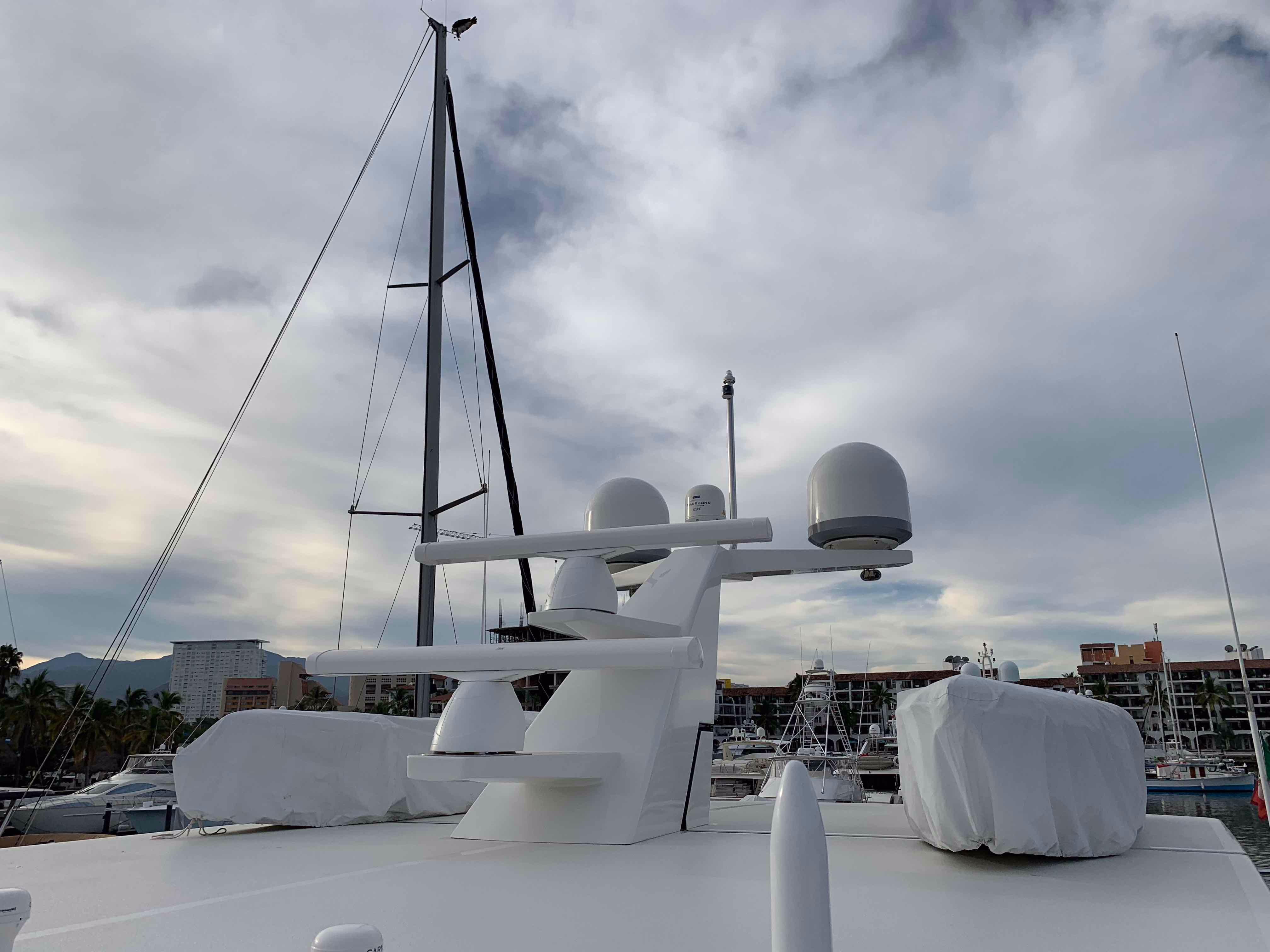 100 Ocean Alexander Factory custom 2 step mast with dual Garmin radar antennas