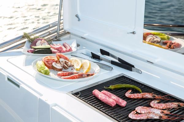 Sealine F530 - Flybridge BBQ