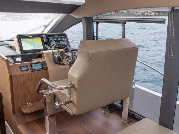 Sealine F530 - Lower Helm Position