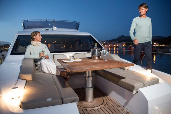 Sealine F530 - Foredeck Seating Area