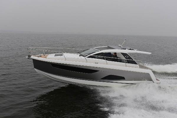 Sealine S330 Profile