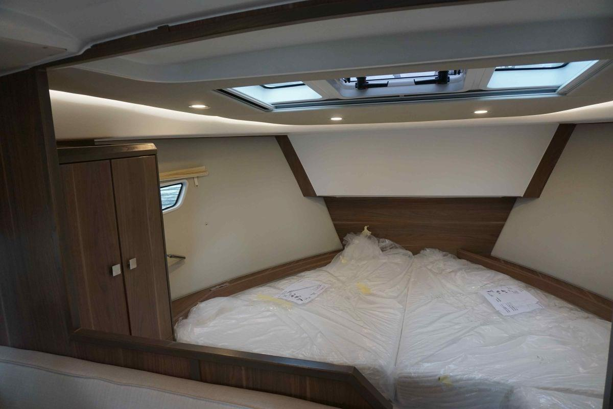 Sealine S330 Cabin