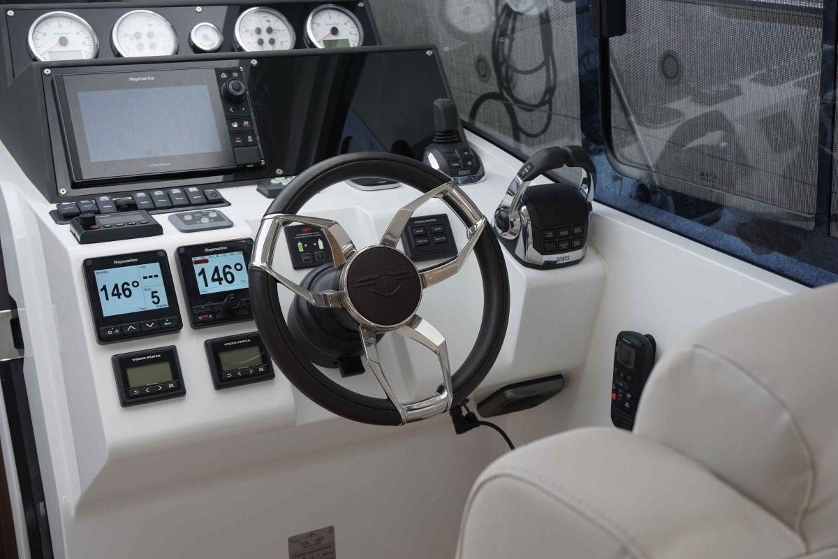 Sealine S330 Helm