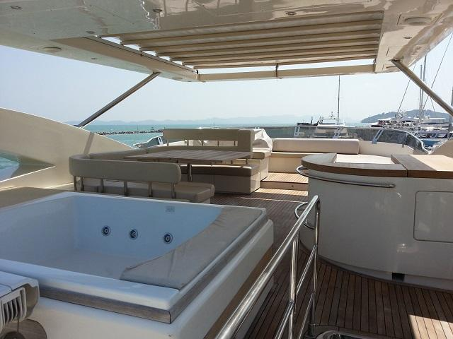 Aicon 85 Flybridge Jacuzzi