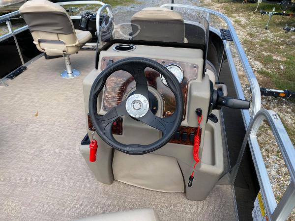 2020 Sun Tracker boat for sale, model of the boat is Bass Buggy 16 DLX & Image # 4 of 10