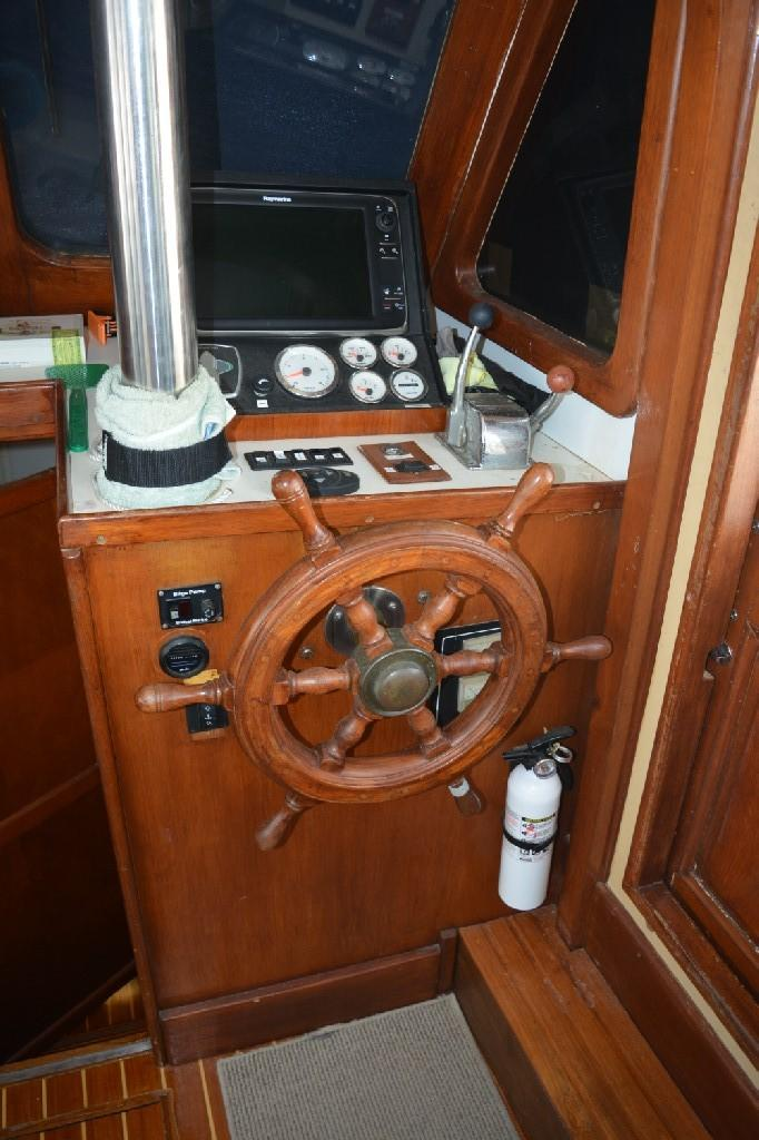 Marine Trader 36 DOUBLE CABIN - Lower Helm