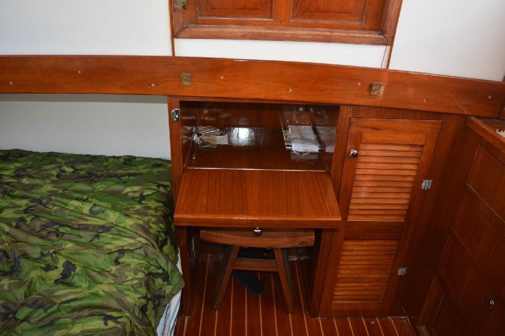 Marine Trader 36 DOUBLE CABIN - Desk/Dressing Table Open